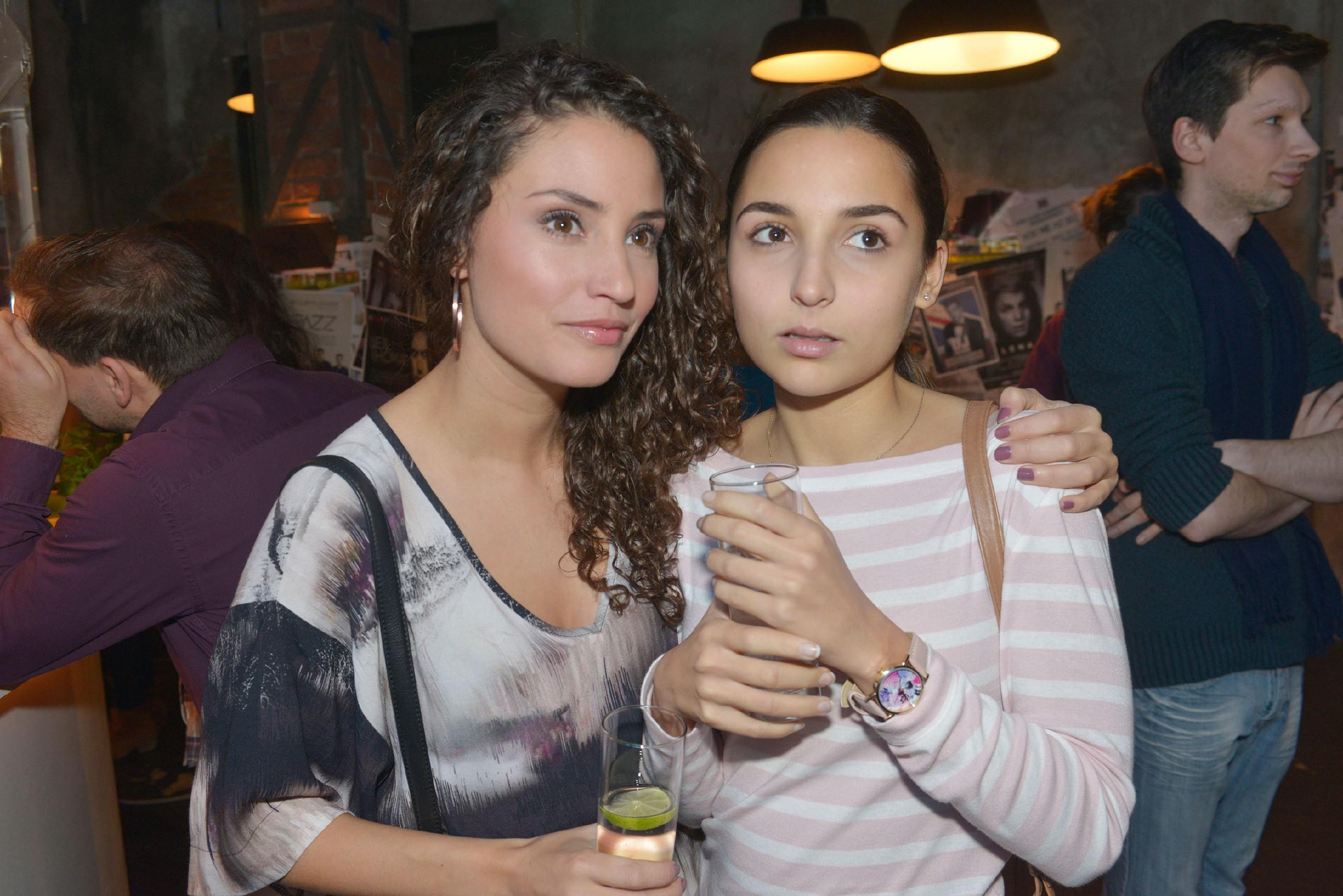 Während Ayla (Nadine Menz, l.) sich freut, dass Jonas im Mauerwerk als DJ auflegen kann, ist Selma (Rona Özkan) mit den Gedanken woanders. (Quelle: RTL / Rolf Baumgartner)