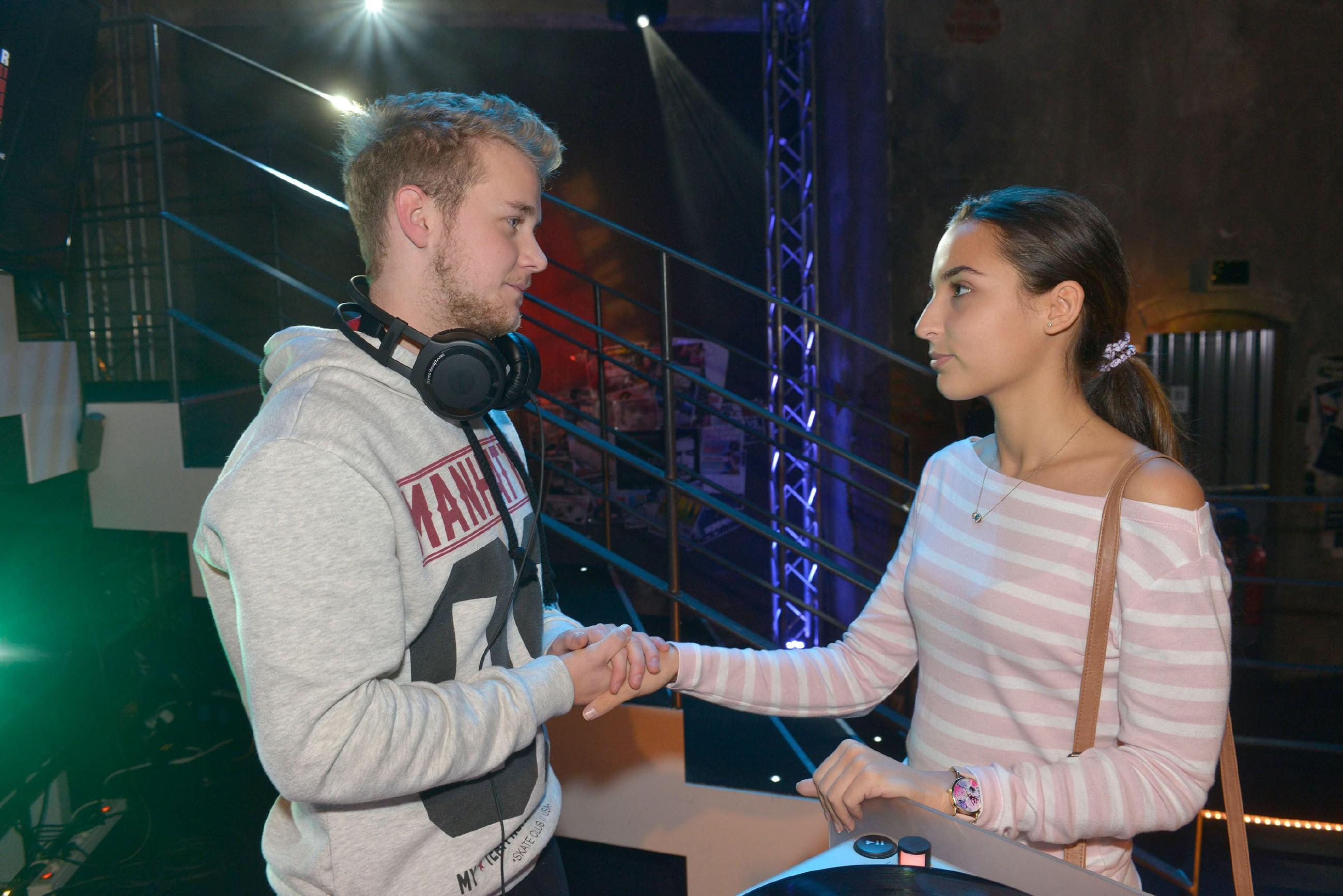 Jonas (Felix van Deventer) will seine Chance als DJ nicht gefährden und hofft, dass Selma (Rona Özkan) ihn nicht verrät. (Quelle: RTL / Rolf Baumgartner)