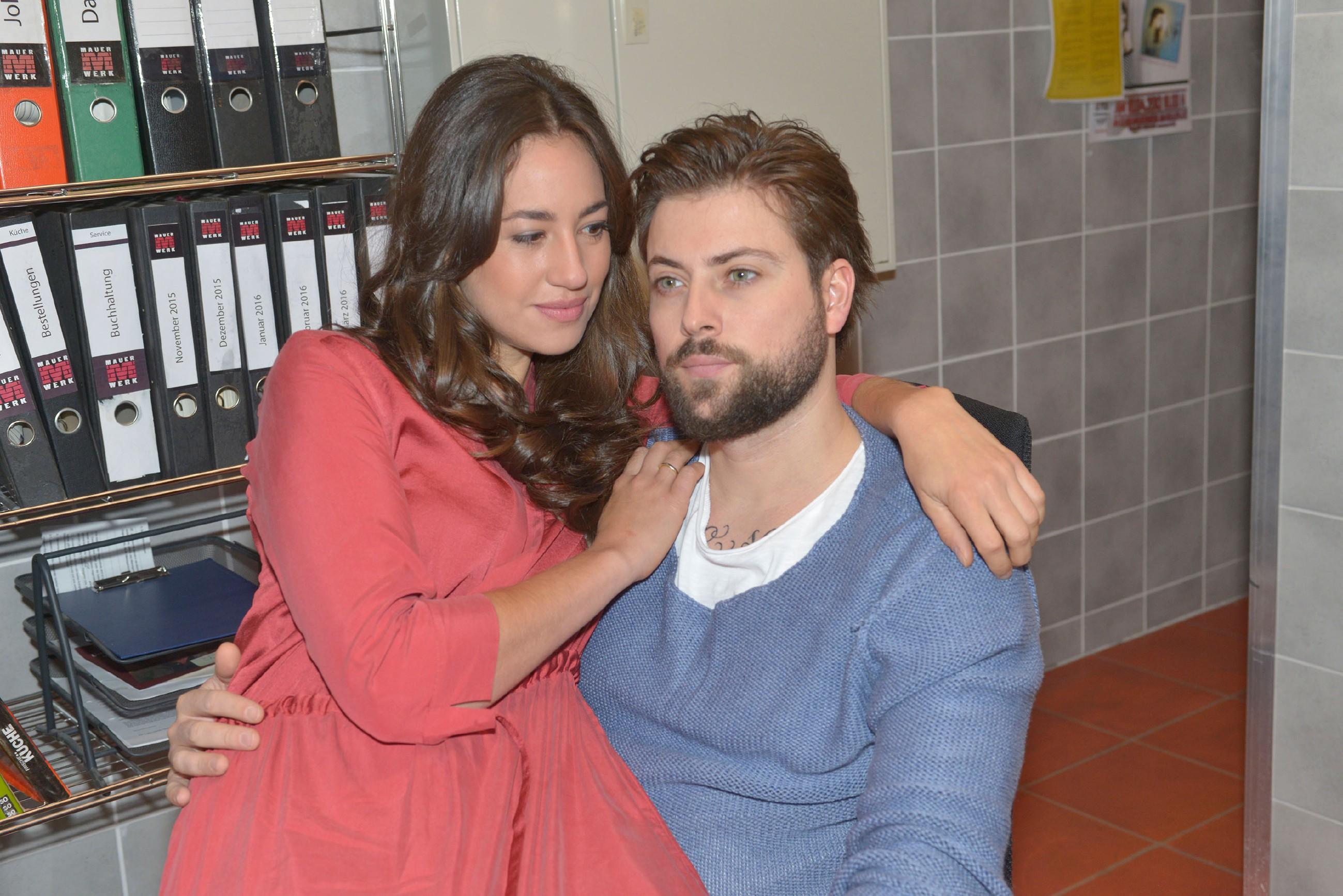 Elena (Elena Garcia Gerlach) wird das Gefühl nicht los, dass John (Felix von Jascheroff) etwas vor ihr verheimlicht. (Quelle: RTL / Rolf Baumgartner)