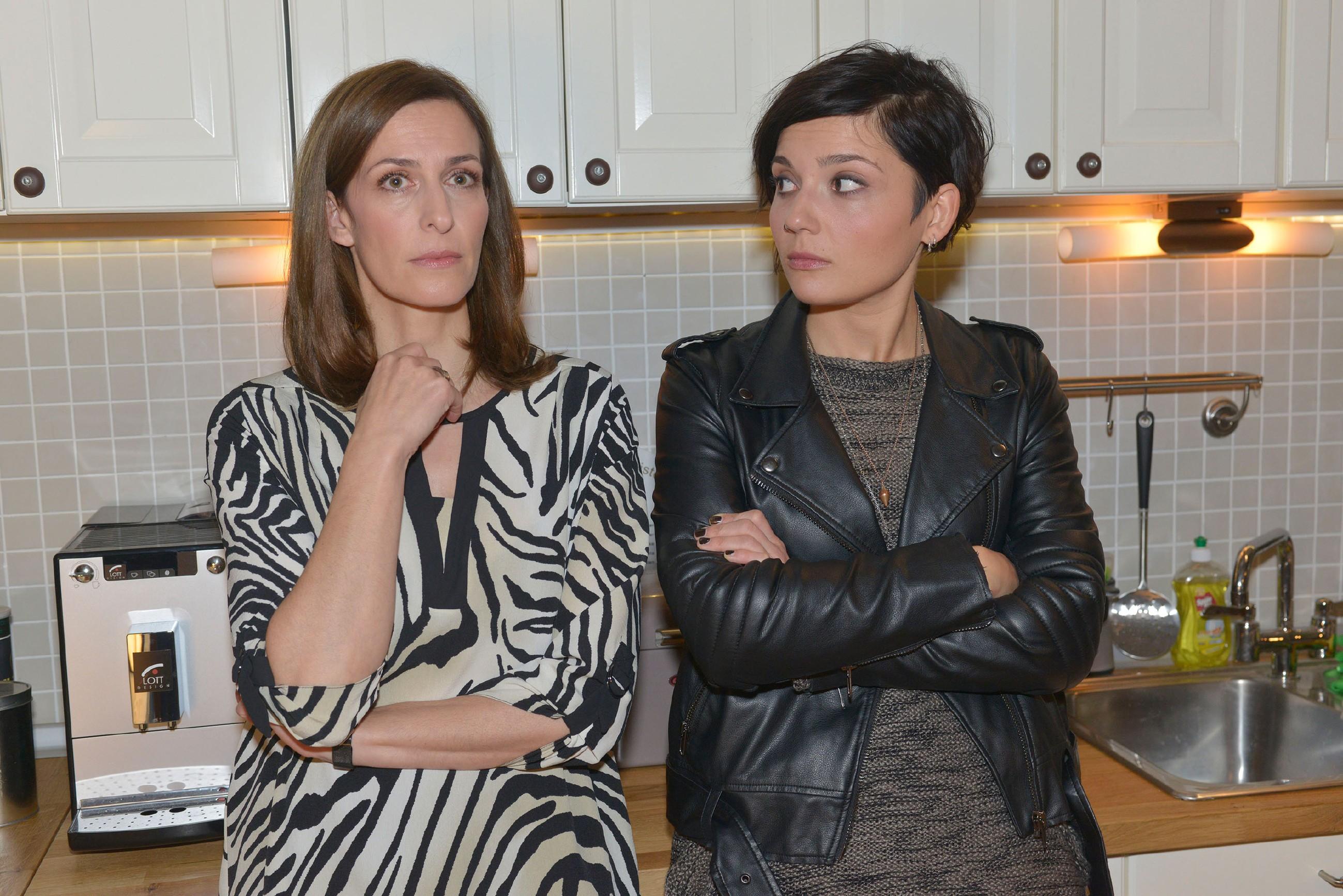 Katrin (Ulrike Frank, l.) und Anni (Linda Marlen Runge) haben keine Idee, wie sie Jasmin helfen könnten. (Quelle: RTL / Rolf Baumgartner)