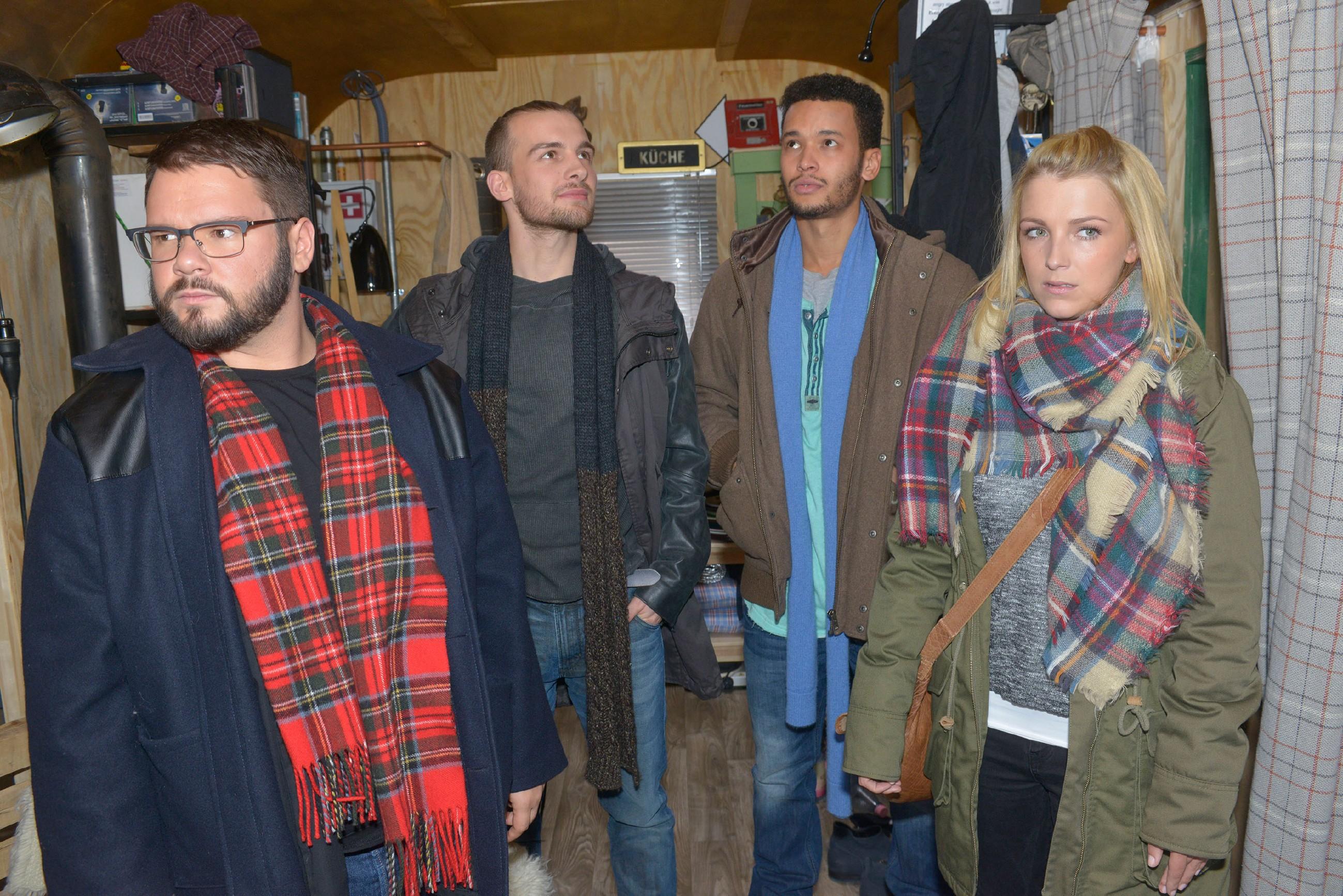 Tuner (Thomas Drechsel, l.), Chris (Eric Stehfest, 2.v.l.), Amar (Thando Walbaum) und Lilly (Iris Mareike Steen) fragen sich, ob der Bauwagen als Sozialstation brauchbar wäre. (Quelle: RTL / Rolf Baumgartner)