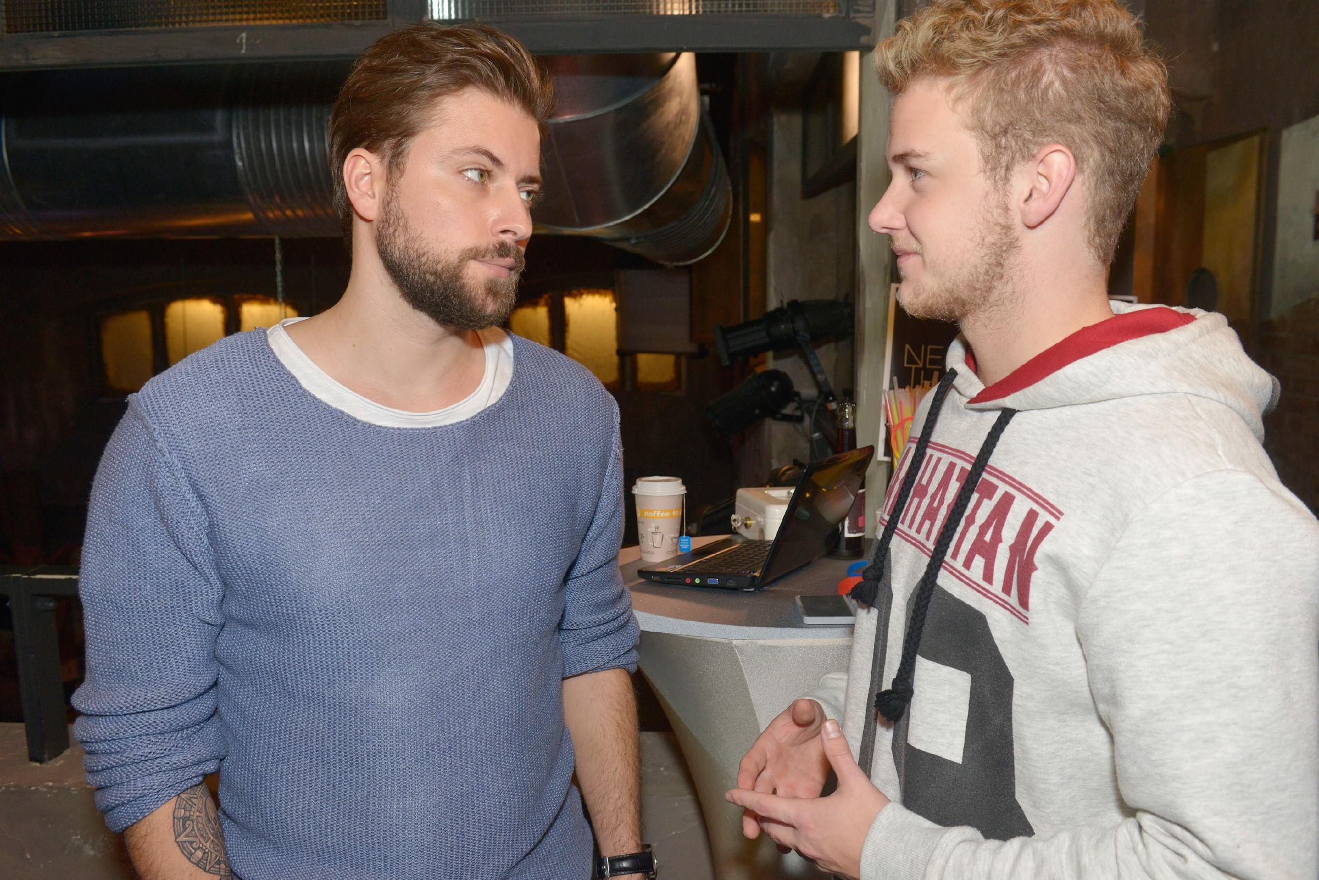 Jonas (Felix van Deventer, r.) bittet John (Felix von Jascheroff) um einen Job im Mauerwerk, damit er so schnell wie möglich seine Schulden begleichen kann. (Quelle: RTL / Rolf Baumgartner)