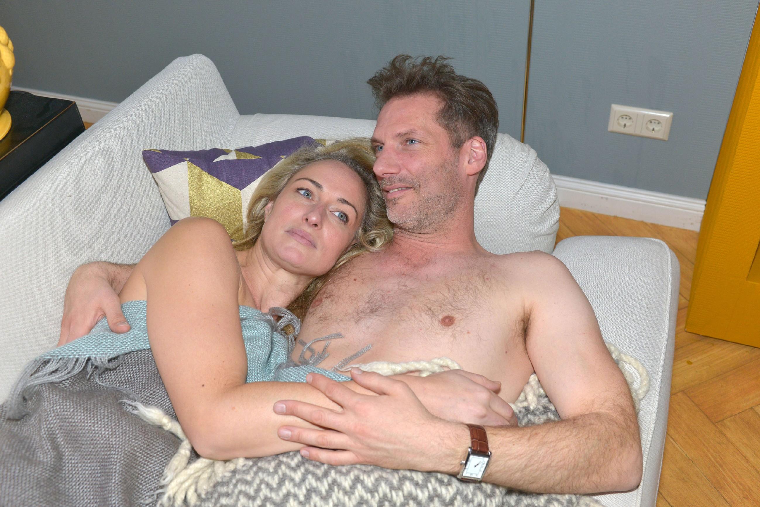 Maren (Eva Mona Rodekirchen, l.) und Alexander (Clemens Löhr) wollen verliebt einen Neustart wagen. (Quelle: RTL / Rolf Baumgartner)