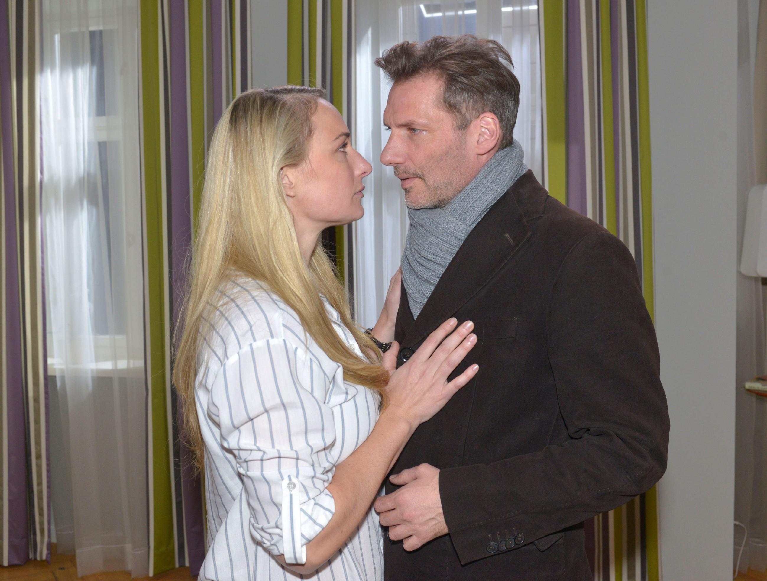 Maren (Eva Mona Rodekirchen, l.) hofft, dass Alexander (Clemens Löhr) ihr doch noch eine Chance gibt. (Quelle: RTL / Rolf Baumgartner)