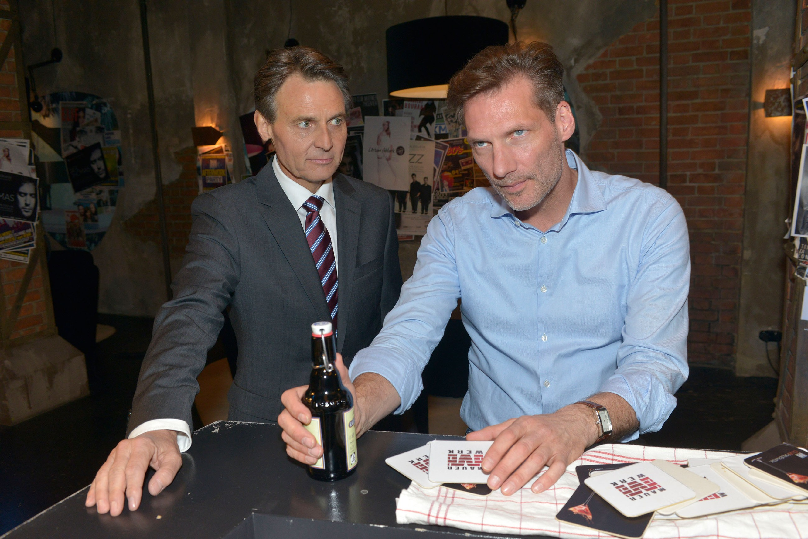Gerner (Wolfgang Bahro, l.) trifft im Mauerwerk auf einen ziemlich angeschlagenen Alexander (Clemens Löhr), der von Marens vermeintlichem Seitensprung schwer getroffen ist. (Quelle: RTL / Rolf Baumgartner)