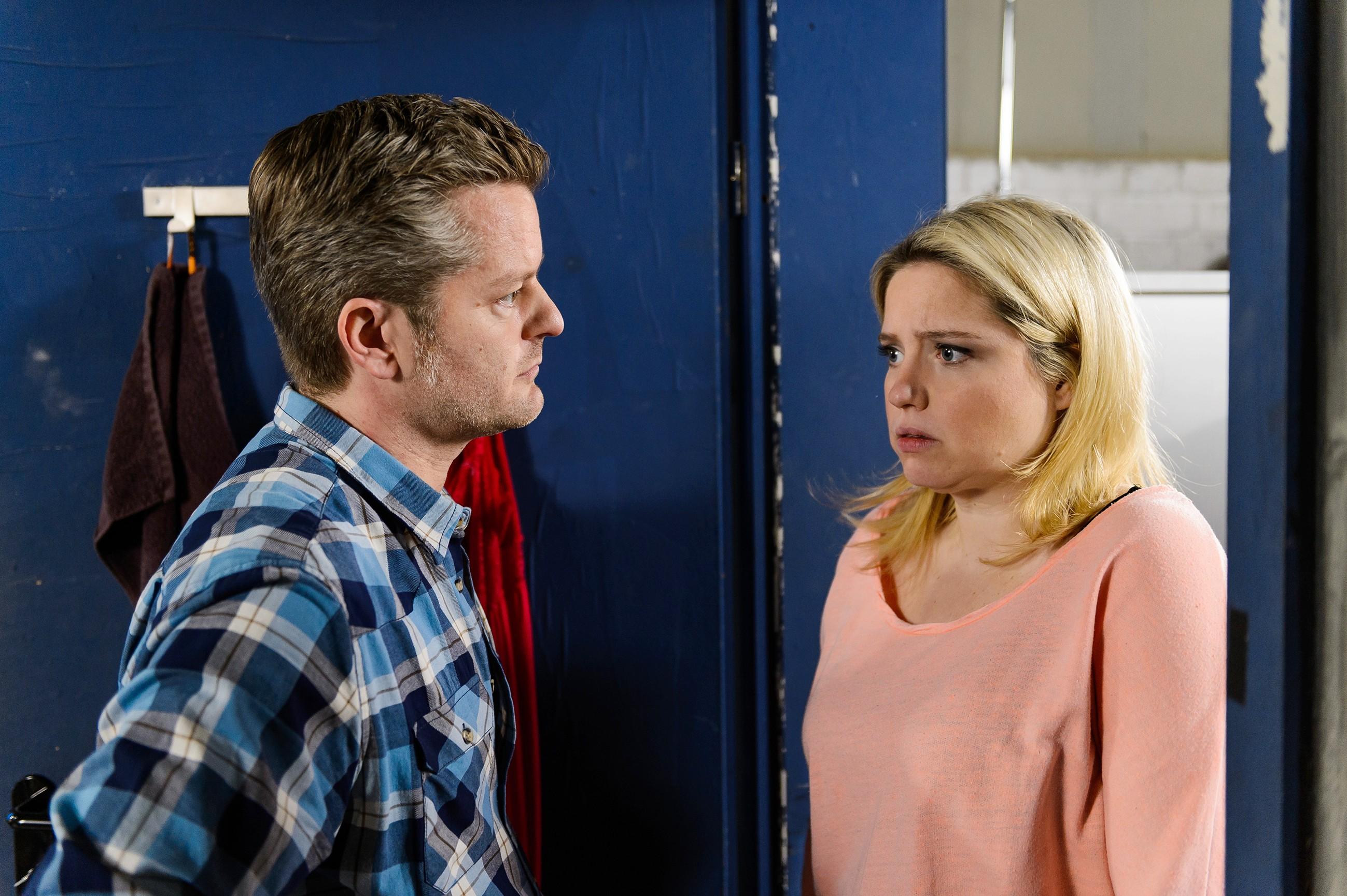 Bea (Caroline Maria Frier) schafft es mehr schlecht als recht, ihren wahren Zustand vor Ingo (André Dietz) zu verbergen.(Quelle: RTL / Willi Weber)