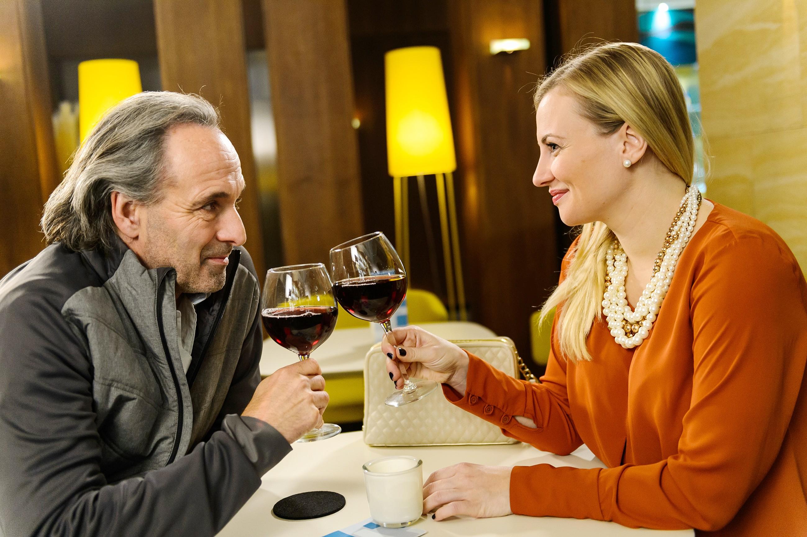 Isabelle (Ania Niedieck) ergattert sich den Job als persönliche Assistentin ihres Verehrers Johann (Holger Christian Gotha). (Quelle: RTL / Willi Weber)