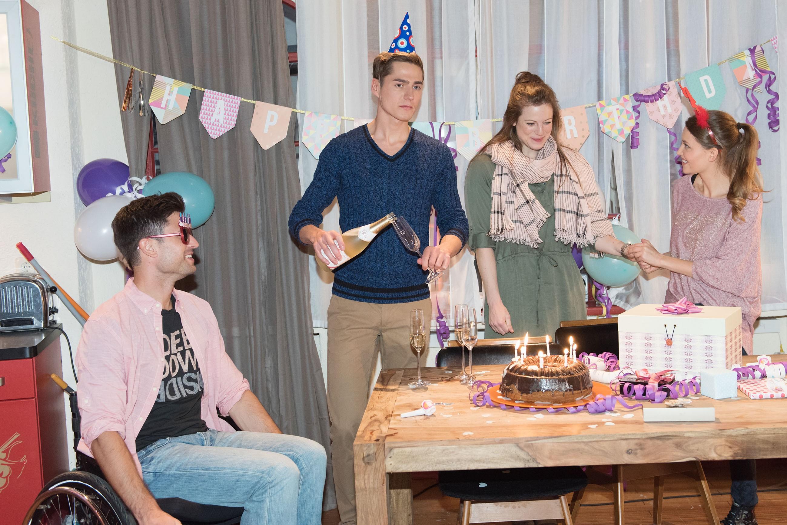 Während Paco (Milos Vukovic, l.) und Jule (Amrei Haardt, r.) sich für Ellis (Nora Koppen) Geburtstag ins Zeug gelegt haben, erkennt Ringo (Timothy Boldt), dass sein Geschenk für Elli eine ziemliche Enttäuschung werden wird. (Quelle: RTL / Stefan Behrens)