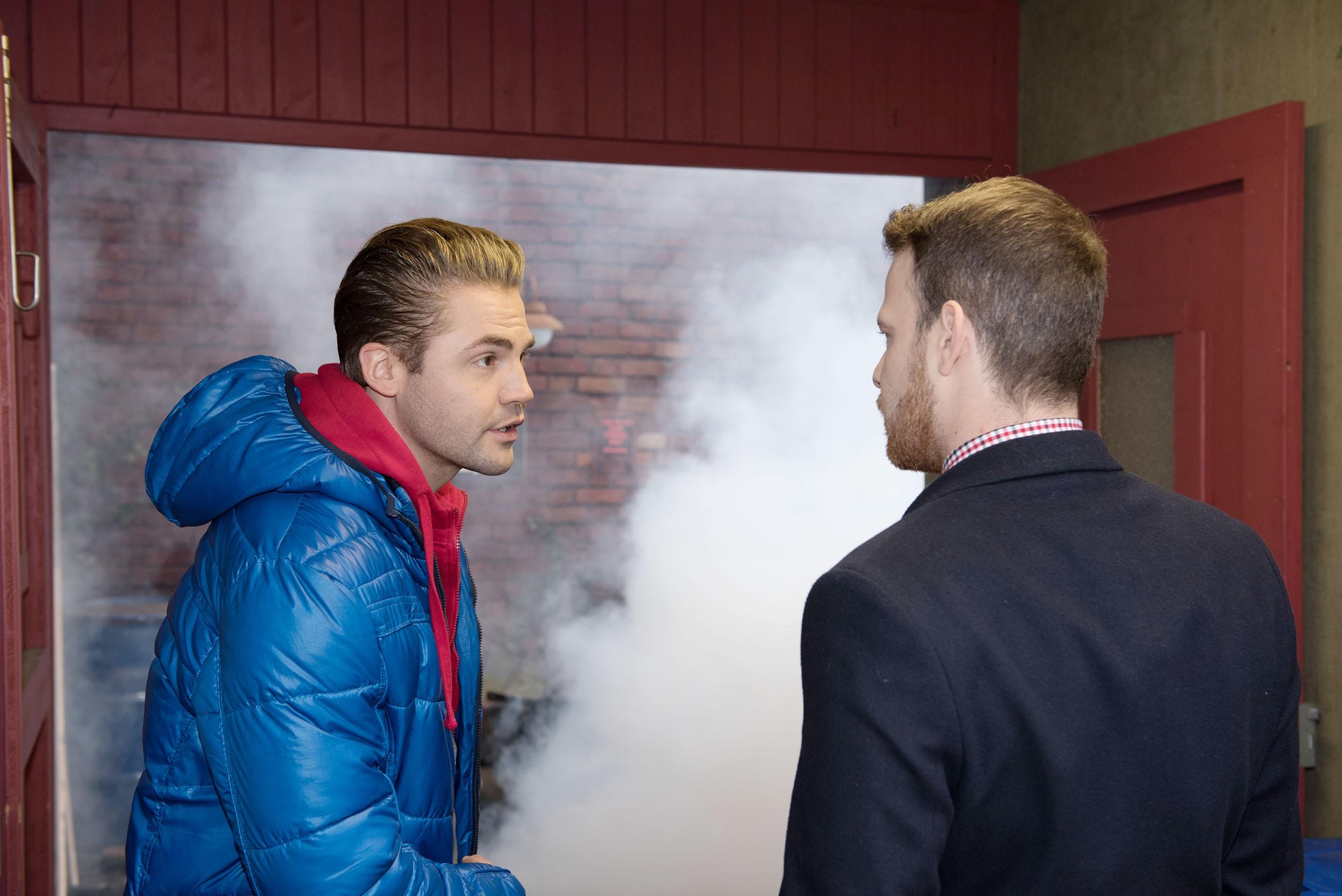 Bambi (Benjamin Heinrich, l.) und Tobias (Patrick Müller) bemerken geschockt, dass Bambis Werkstatt brennt... (Quelle: RTL / Stefan Behrens)
