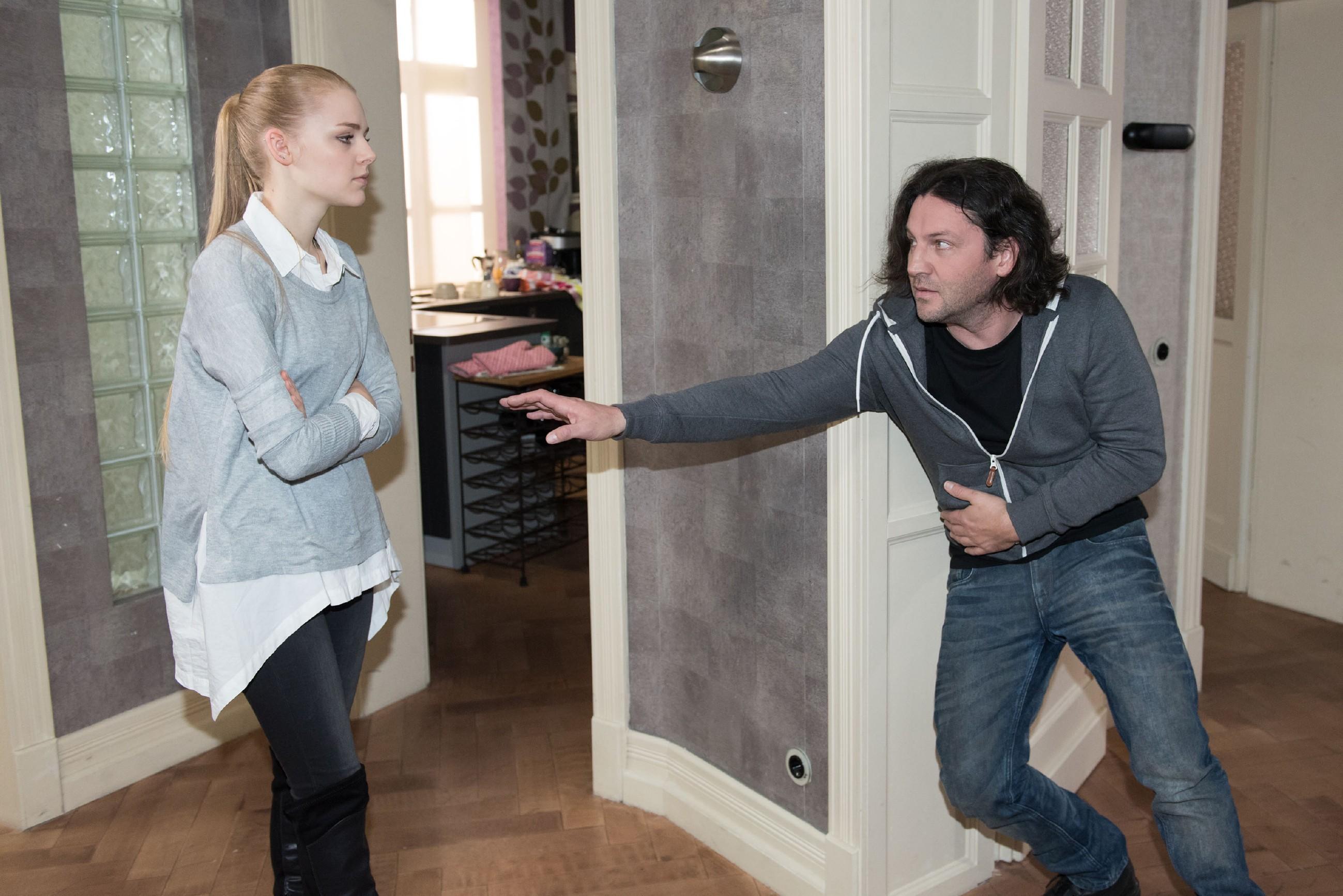Als Rolf (Stefan Franz) einen Schwächeanfall erleidet, hält Fiona (Olivia Burkhart) dies nur für einen weiteren Manipulations-Versuch... (Foto: RTL / Stefan Behrens)