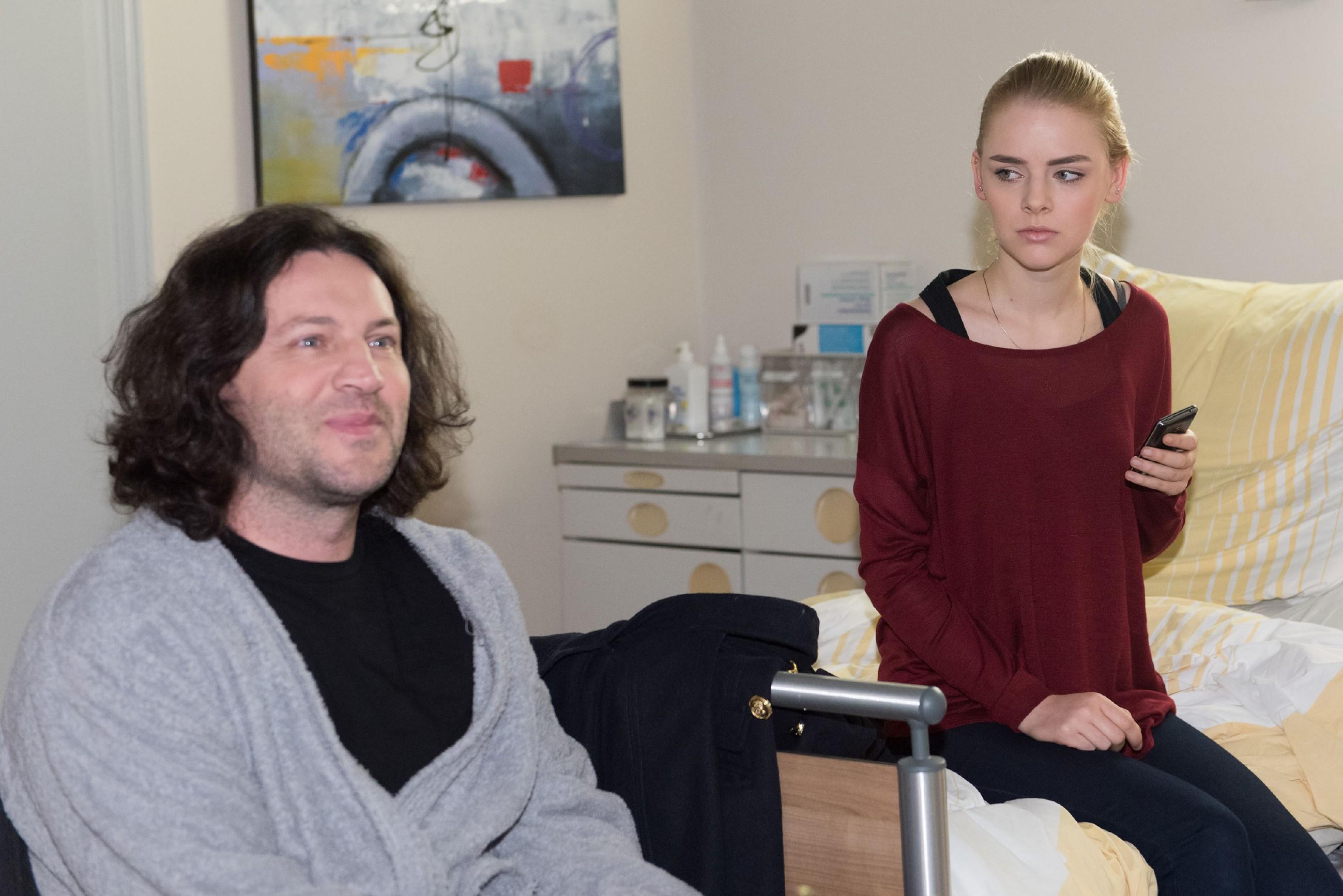 Fiona (Olivia Burkhart) begreift tief verletzt, dass Rolf (Stefan Franz) ihre Beziehung mit Easy zerstört hat... (Foto: RTL / Stefan Behrens)