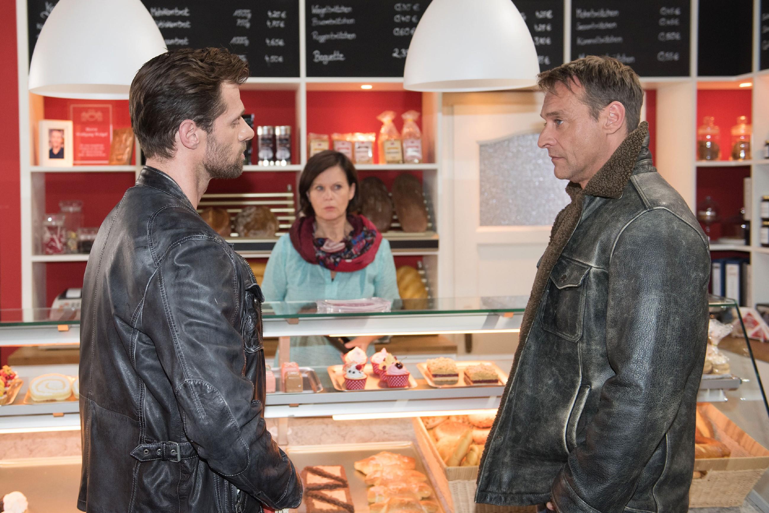 Henning (Benjamin Kiss, l.) erklärt Irene (Petra Blossey) und Rufus (Kai Noll), dass er glaubt, mit seinem Auszug jede Hoffnung auf eine Versöhnung mit Ute verlieren zu können. (Foto: RTL / Stefan Behrens)