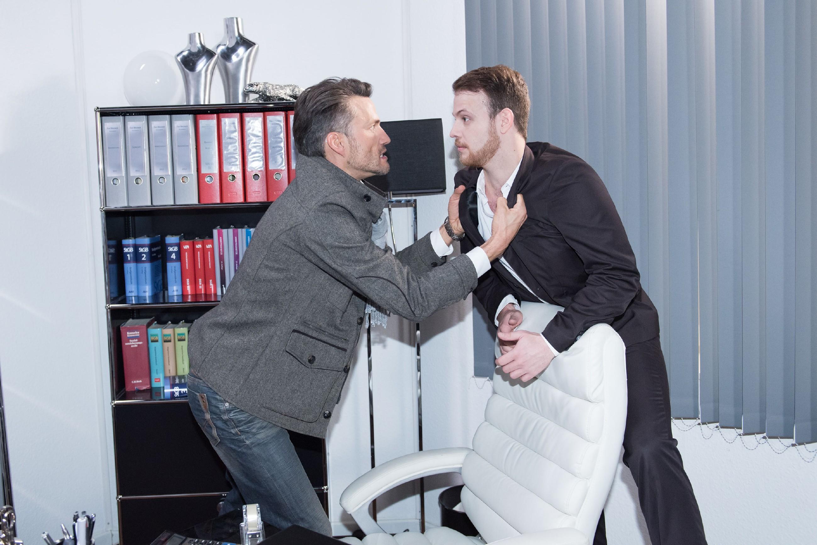 Malte (Stefan Bockelmann, l.) ist aufgrund seiner Unfruchtbarkeit fest davon überzeugt, dass Caro ihn mit Tobias (Patrick Müller) betrogen hat, und geht auf seinen vermeintlichen Kontrahenten los... (Foto: RTL / Stefan Behrens)
