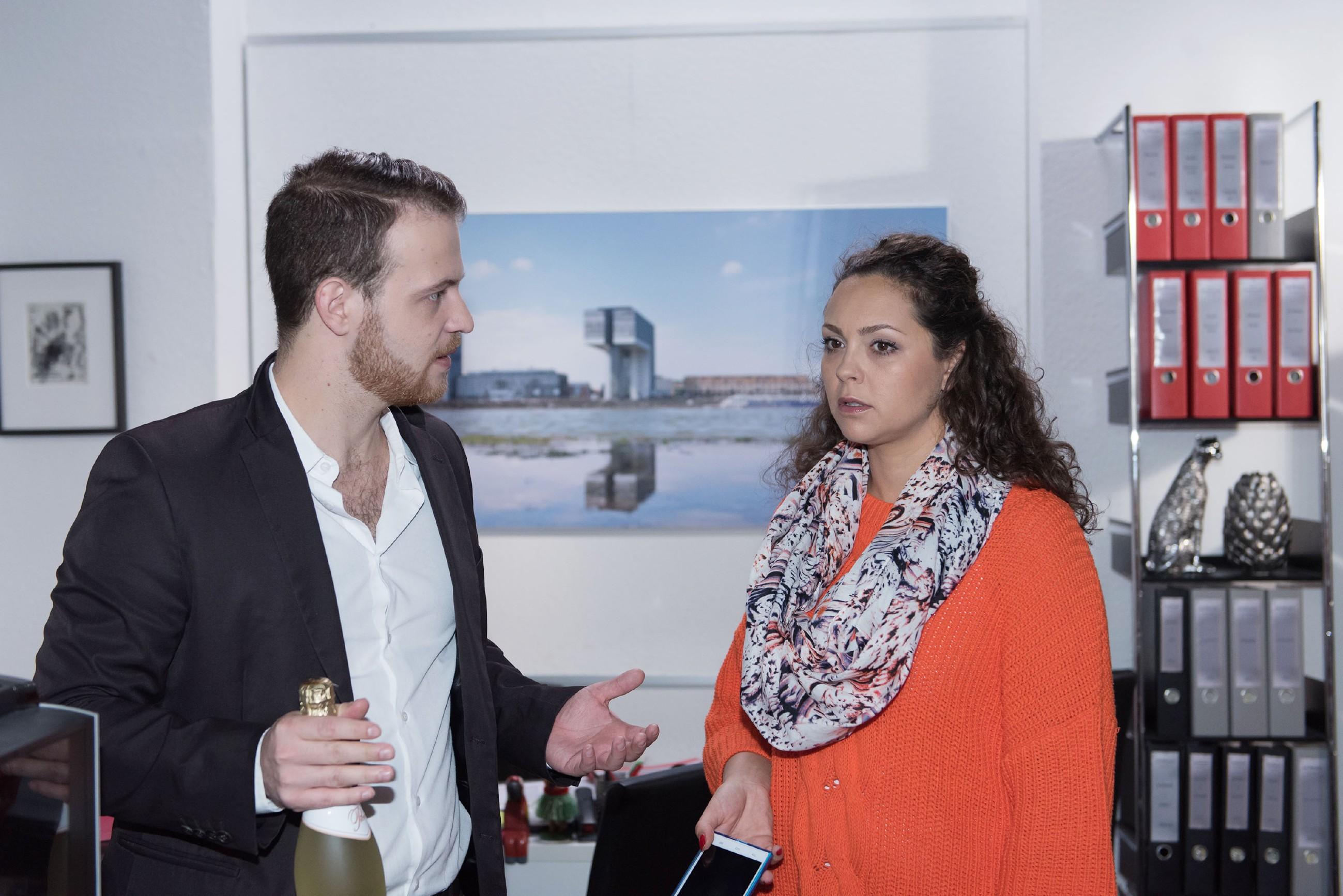 Tobias (Patrick Müller), der den Anruf des Arztes mitbekommen hat, erfährt, dass Caro (Ines Kurenbach) schwanger ist. (Foto: RTL / Stefan Behrens)