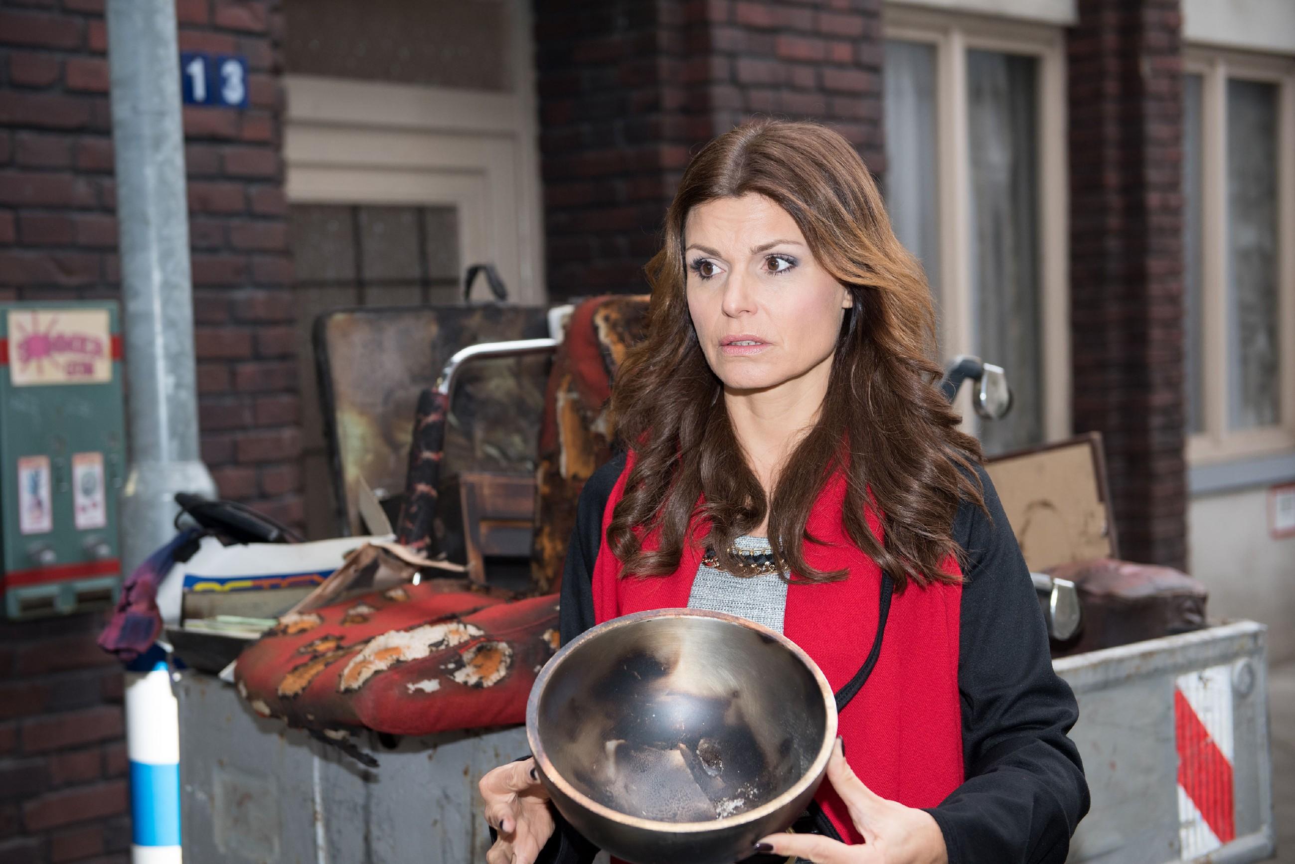 Britta (Tabea Heynig) findet unerwartet ihre vermisst geglaubte Schüssel in Bambis (Benjamin Heinrich) Werkstattschrott wieder. (Foto: RTL / Stefan Behrens)