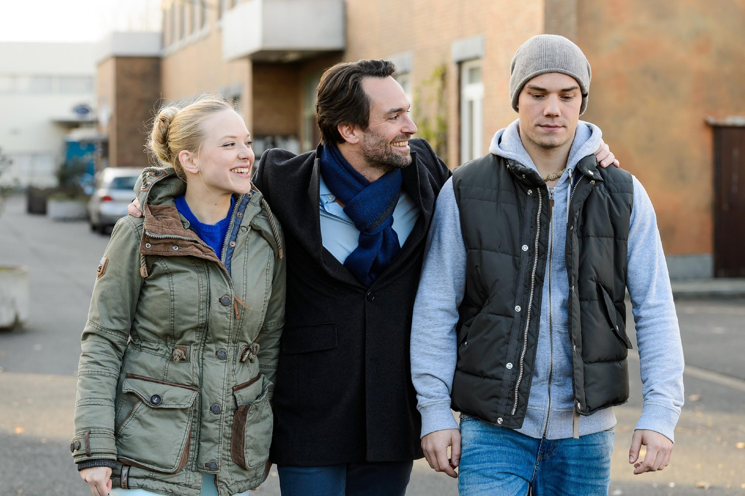 Leo (Julian Bayer, r.) ist überrumpelt, als Thomas (Daniel Brockhaus) Marie (Judith Neumann) spontan zu ihnen nach Hause einlädt, um Leos Freundin besser kennenzulernen. (Quelle: RTL / Willi Weber)