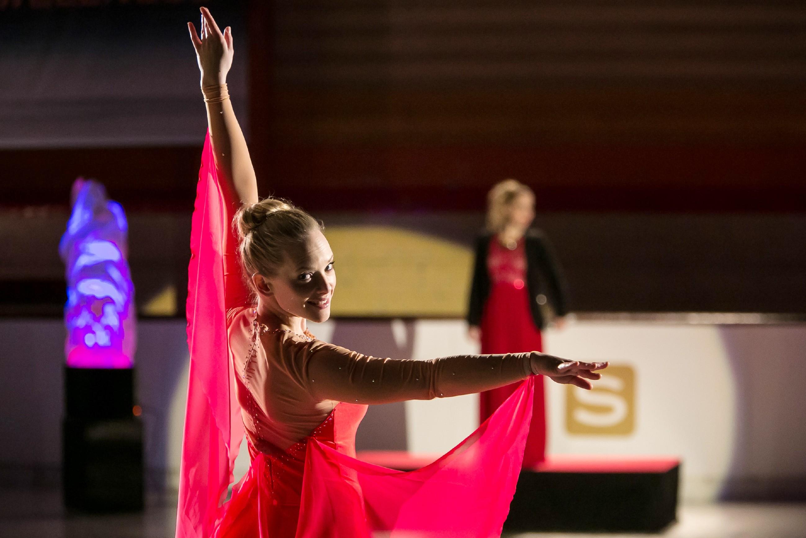 Marie (Judith Neumann) läuft bei der Eröffnung der neuen Eishalle eine atemberaubende Show. (Quelle: RTL / Kai Schulz)