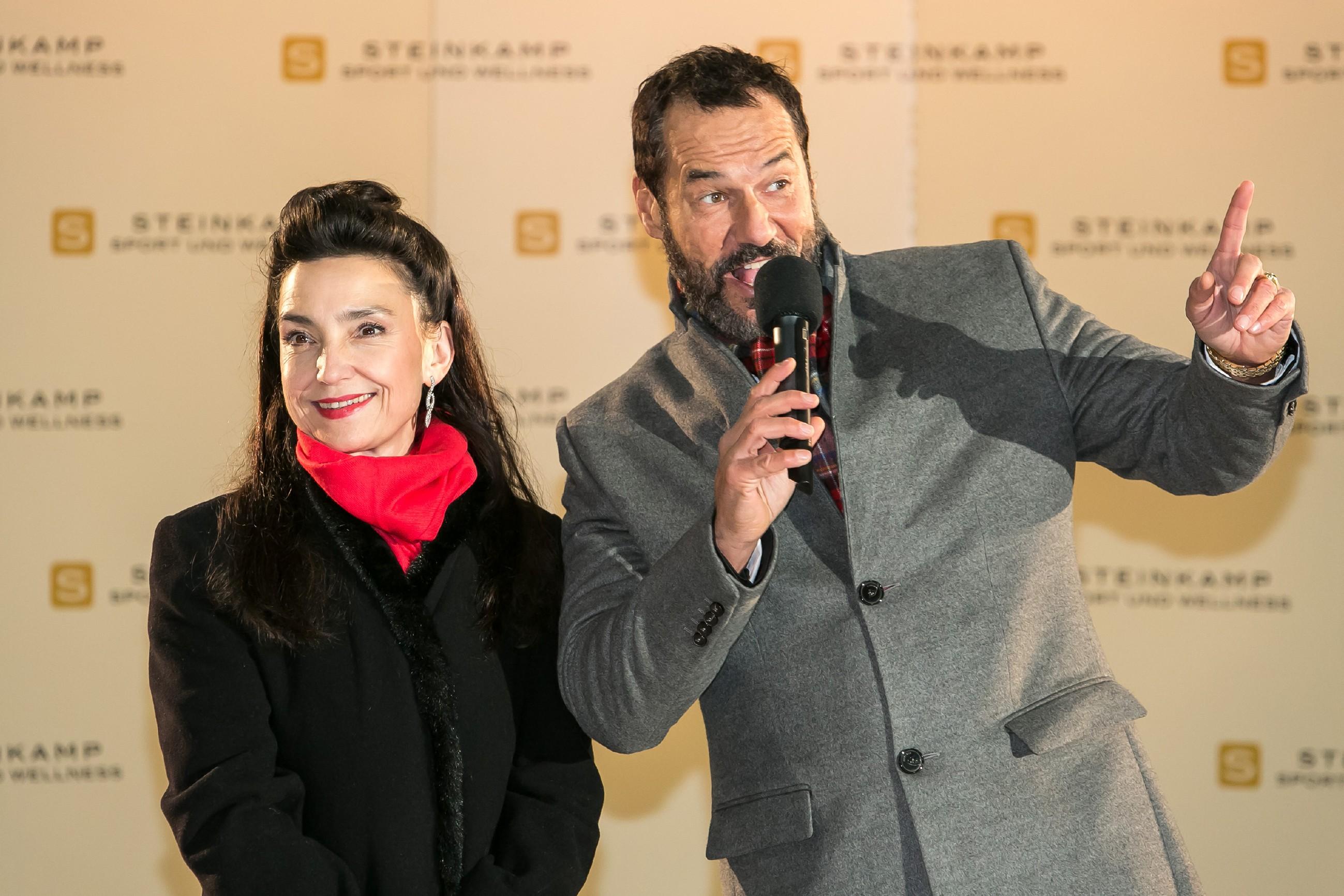 Gemeinsam mit Simone (Tatjana Clasing) kündigt Richard (Silvan-Pierre Leirich) den Gästen zur Eröffnung der Halle stolz das Highlight der Gala an: den gemeinsamen Auftritt von Iva und Marie. (Quelle: RTL / Kai Schulz)