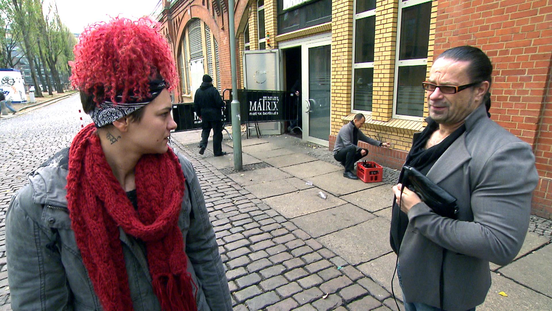 Jessica findet eine Tasche, in der sich unter anderem auch Koks befindet. Zu ihrer Verärgerung nimmt Piet ihr die Tasche ab. (Quelle: RTL 2)