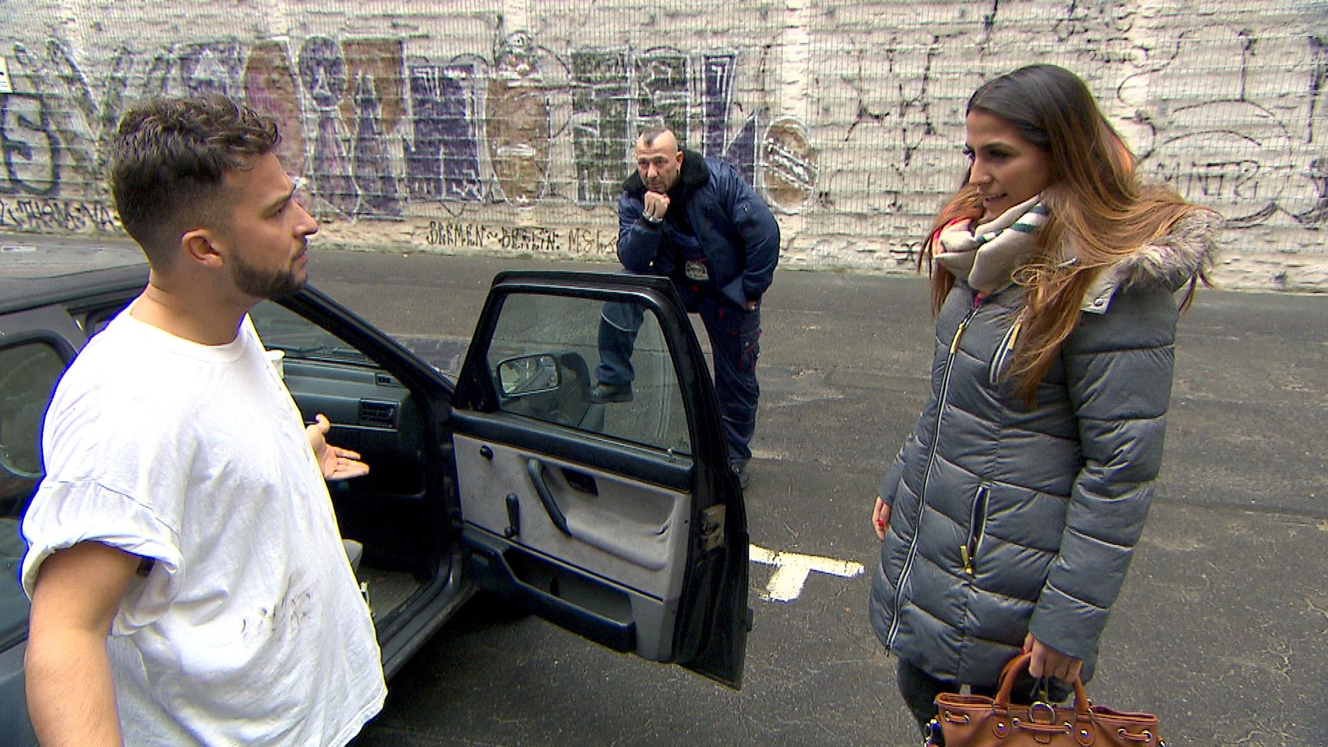 Alessia und Fabrizio treffen im Innenhof auf einen völlig heruntergekommenen Toto (li.).. (Quelle: RTL 2)