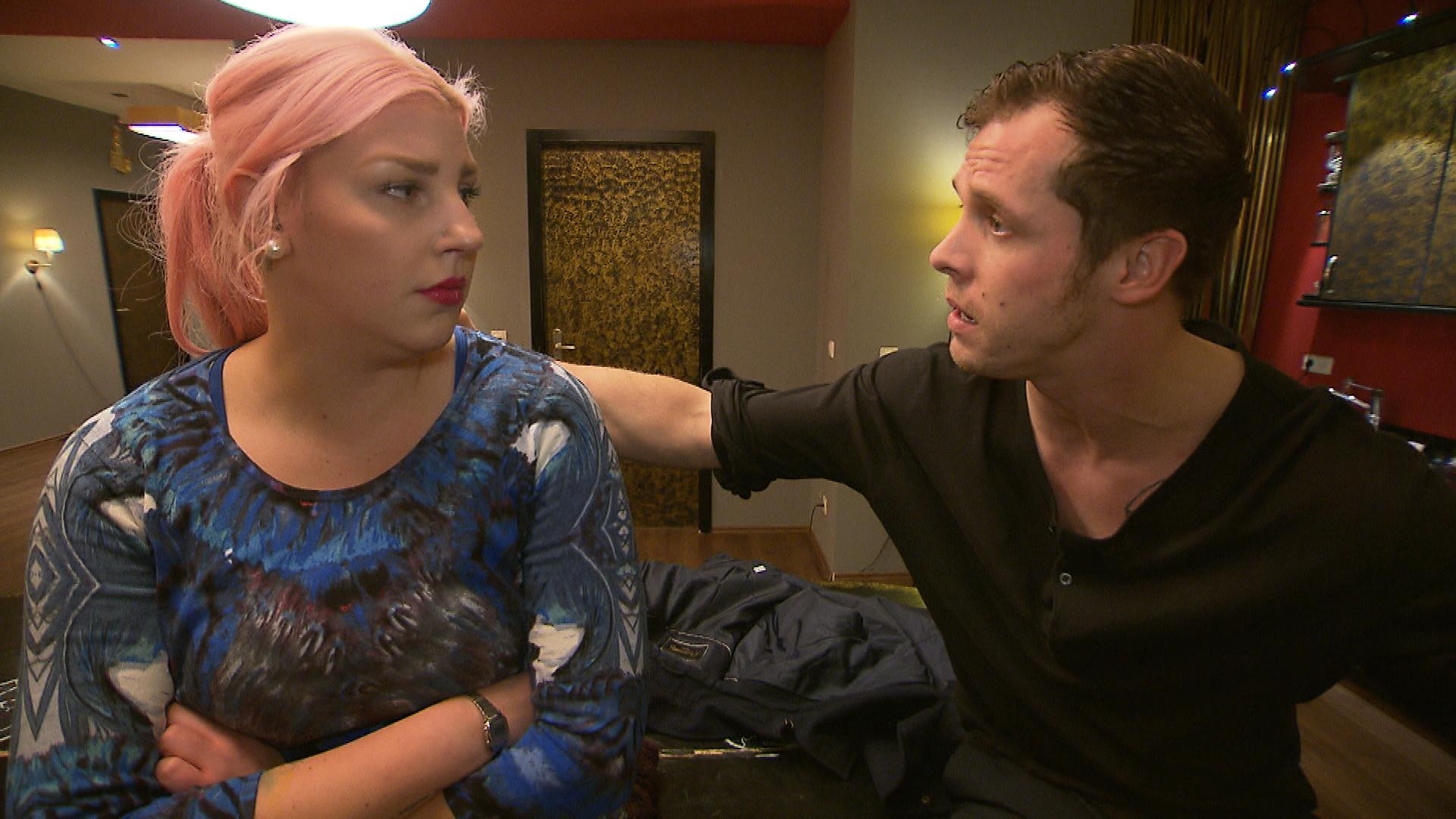 Paula gesteht Basti, dass sie mit der Schnitte in den letzten Monaten Verluste eingefahren hat, und Basti verspricht eine Lösung zu finden. Ihm fallen schließlich vielerlei Schwachstellen auf und er schlägt Paula einige unangenehme Maßnahmen vor (Quelle: RTL 2)