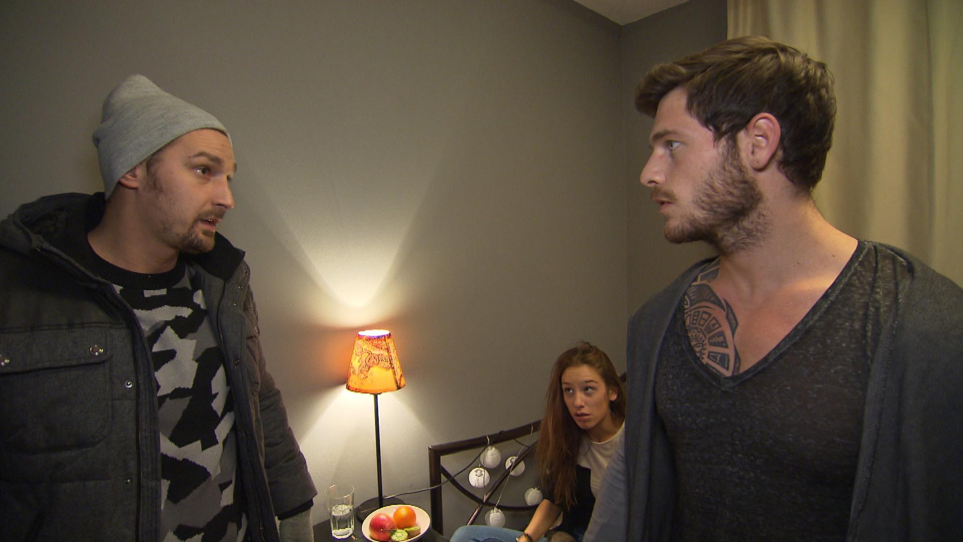 Doch Leon nimmt Daniel cool den Wind aus den Segeln. Daniel weiß nicht mehr, was er tun soll und will ausziehen. (Quelle: RTL 2)