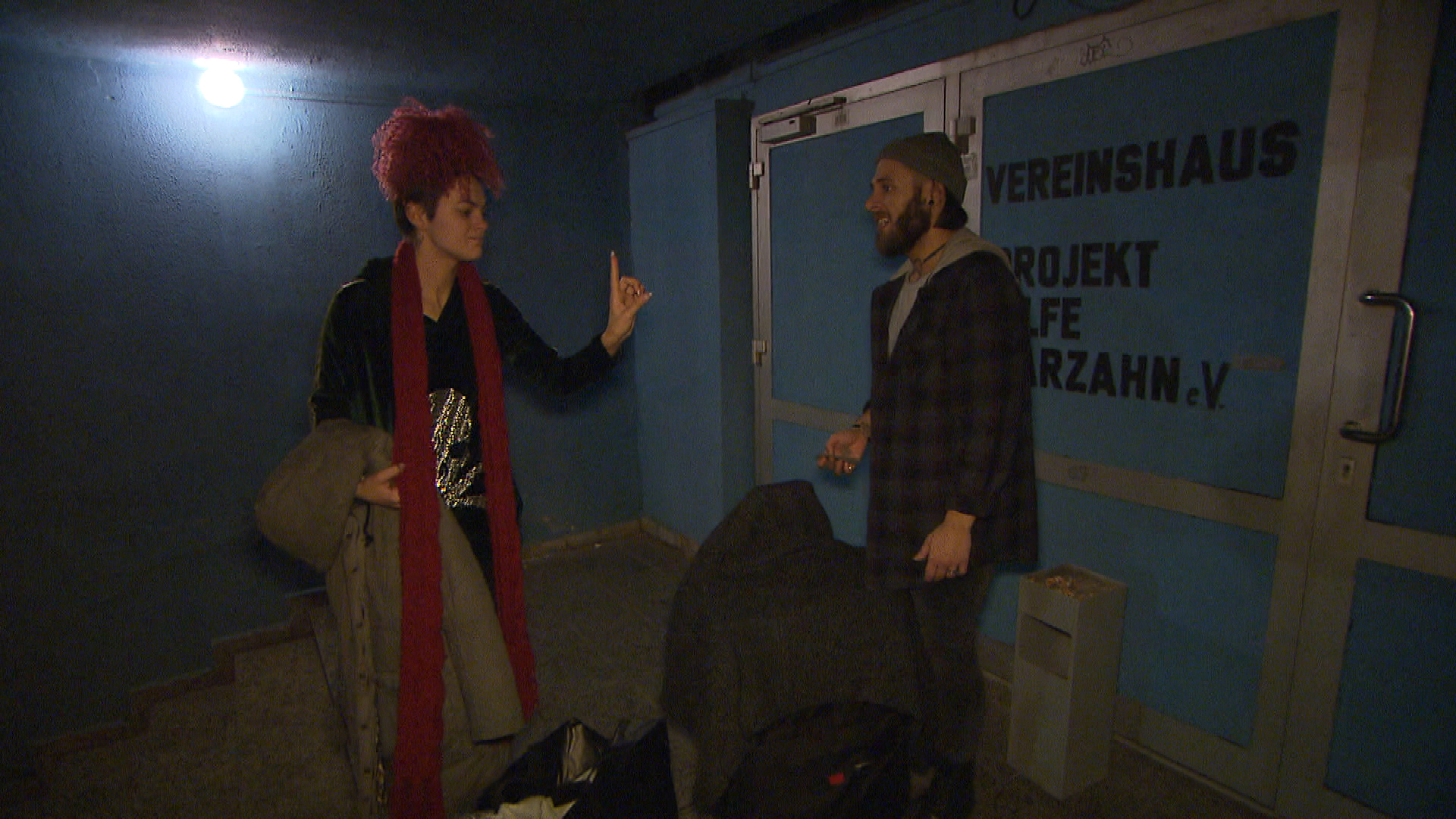 Jessica fliegt mit Mark aus Andis Wohnung. Die beiden stehen nun auf der Straße. In höchster Not fällt Jessica der Sozialtreff ein. (Quelle: RTL 2)