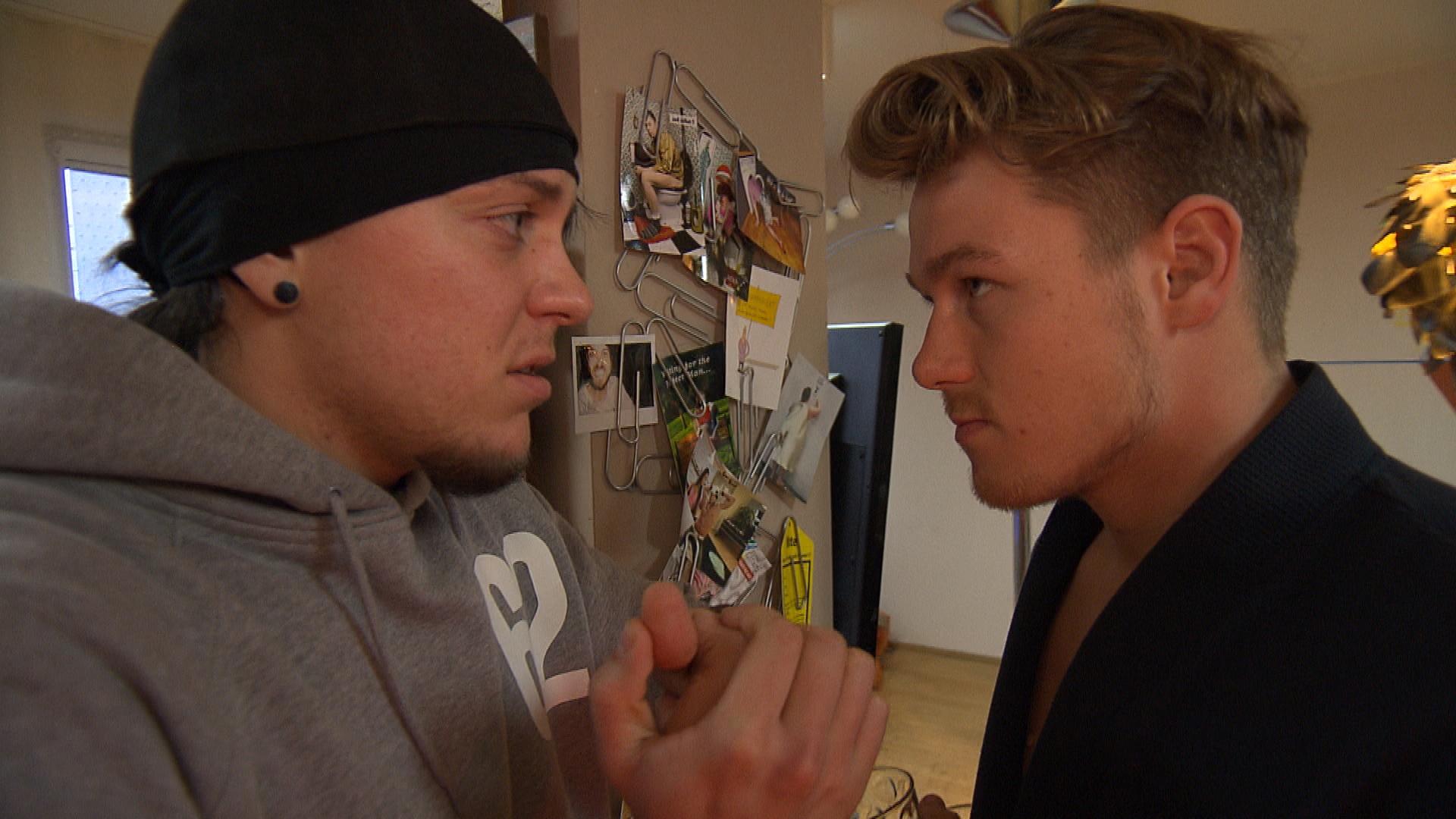 Valentin wird morgens bewusst, dass Chantal und Kevin ihn über Nacht in seinem Zimmer eingesperrt haben.. (Quelle: RTL 2)
