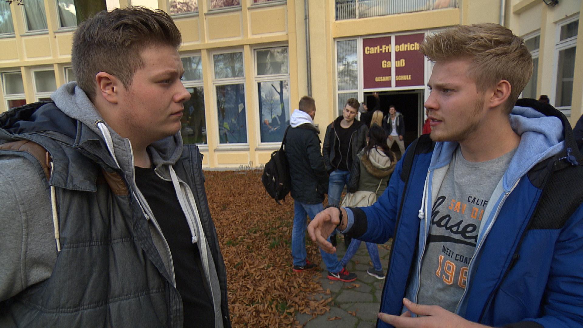 Als sich Paul mit allen anderen Mitschülern über Spargels Jungfräulichkeit lustig macht, hat er später ein schlechtes Gewissen und entschuldigt sich bei dem Schul-Nerd (Quelle: RTL 2)