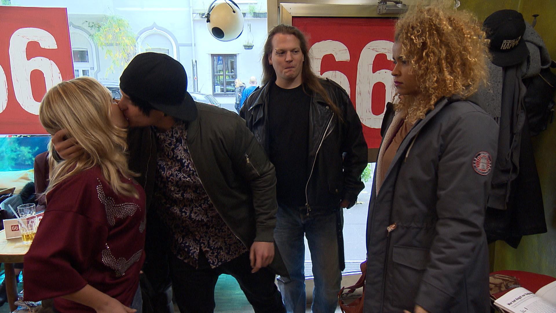 Chantal springt ihr Haarmodell für den späteren Besuch ihres Lehrers ab. Kevin gibt sich Mühe, Chantal zu helfen, was leider auch nach hinten losgeht (Quelle: RTL 2)