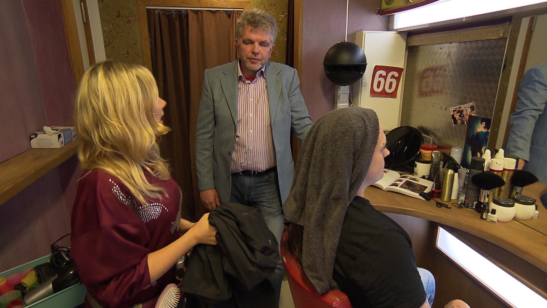 Nach einer vernichtenden Kritik ihres Lehrers ist Chantal am Boden zerstört (Quelle: RTL 2)