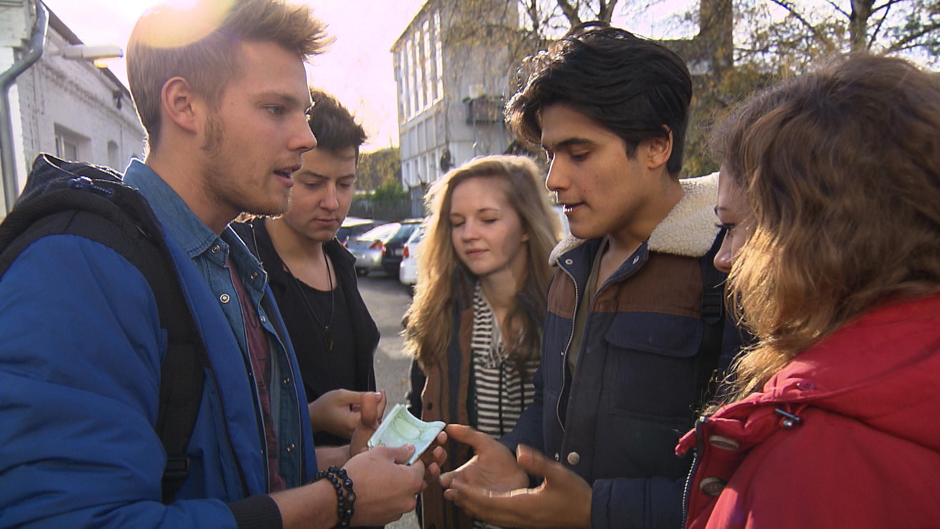 Nachdem Paul und die Clique am Vortag Jupp bei seinem Werbefilm geholfen haben, freuen sie sich auf den Lohn ihrer Mühen. Als Jupp die Clique auszahlt, überlegen die Kids bereits, was sie sich von dem Geld kaufen können. Doch Paul hat andere Pläne. (Quelle: RTL 2)