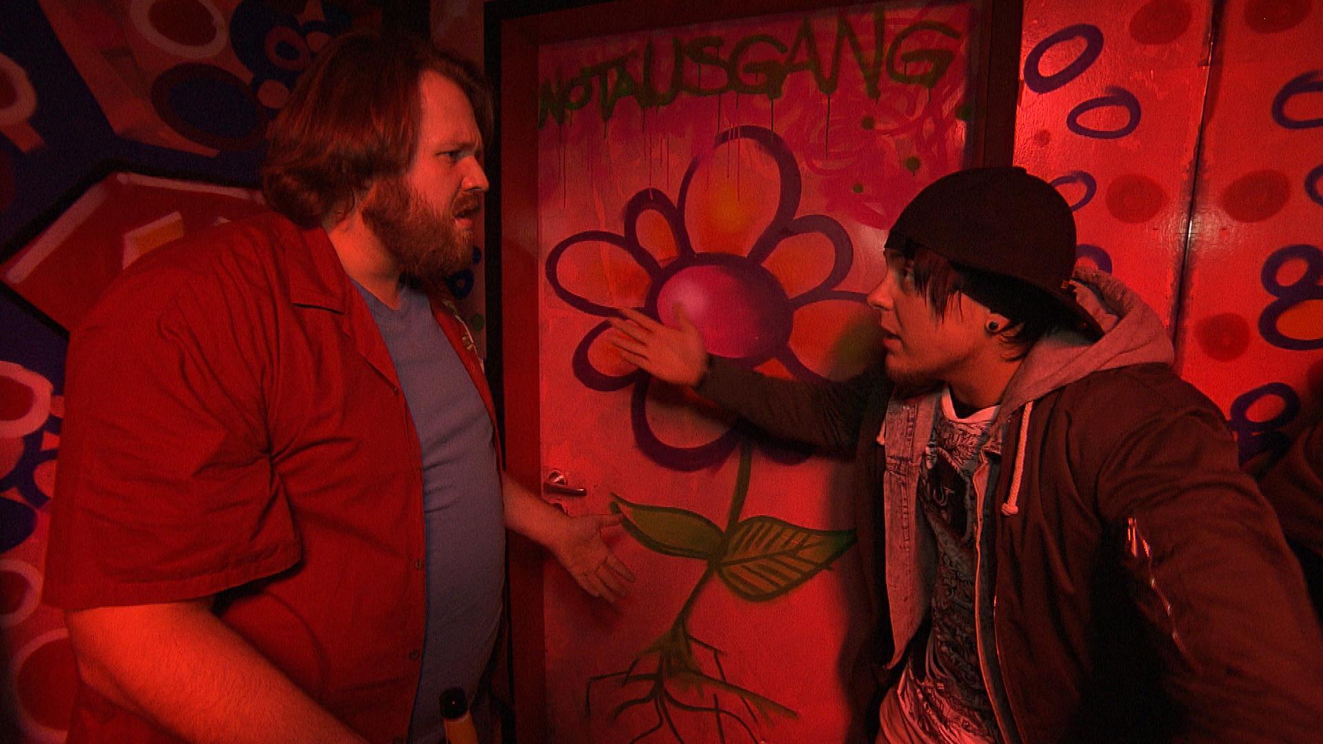 Kevin befürchtet, dass Jan in der Kunstbar schläft und bekommt Mitleid mit ihm. Er beschließt, ihn in der WG einzuquartieren. (Quelle: RTL 2)