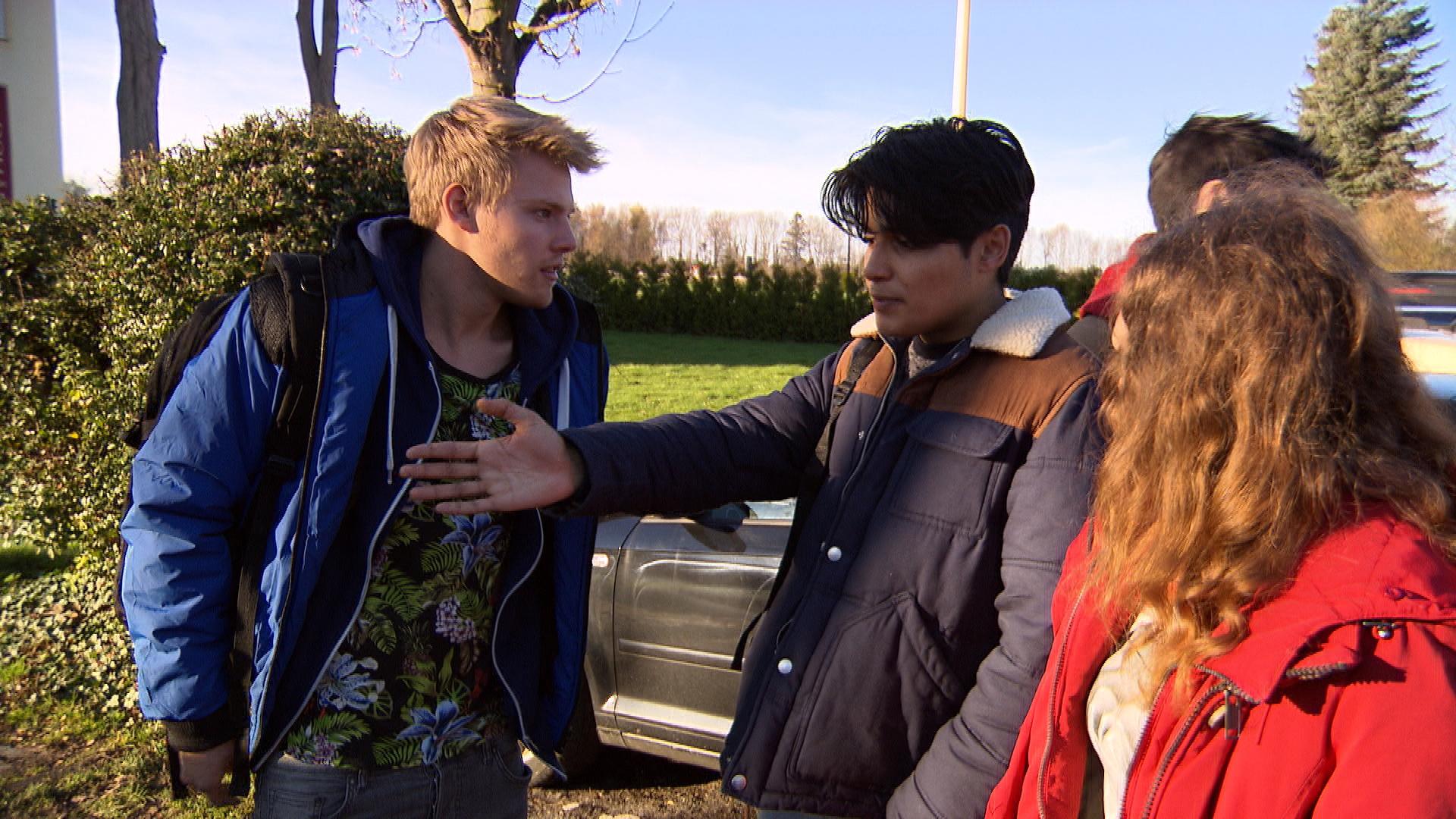 Elli ist genervt, als Paul sich abfällig über Yanicks Sozialstunden äußert und fordert ihn heraus, gemeinsam an Yanicks letztem Tag an der Tafel zu helfen. (Quelle: RTL 2)