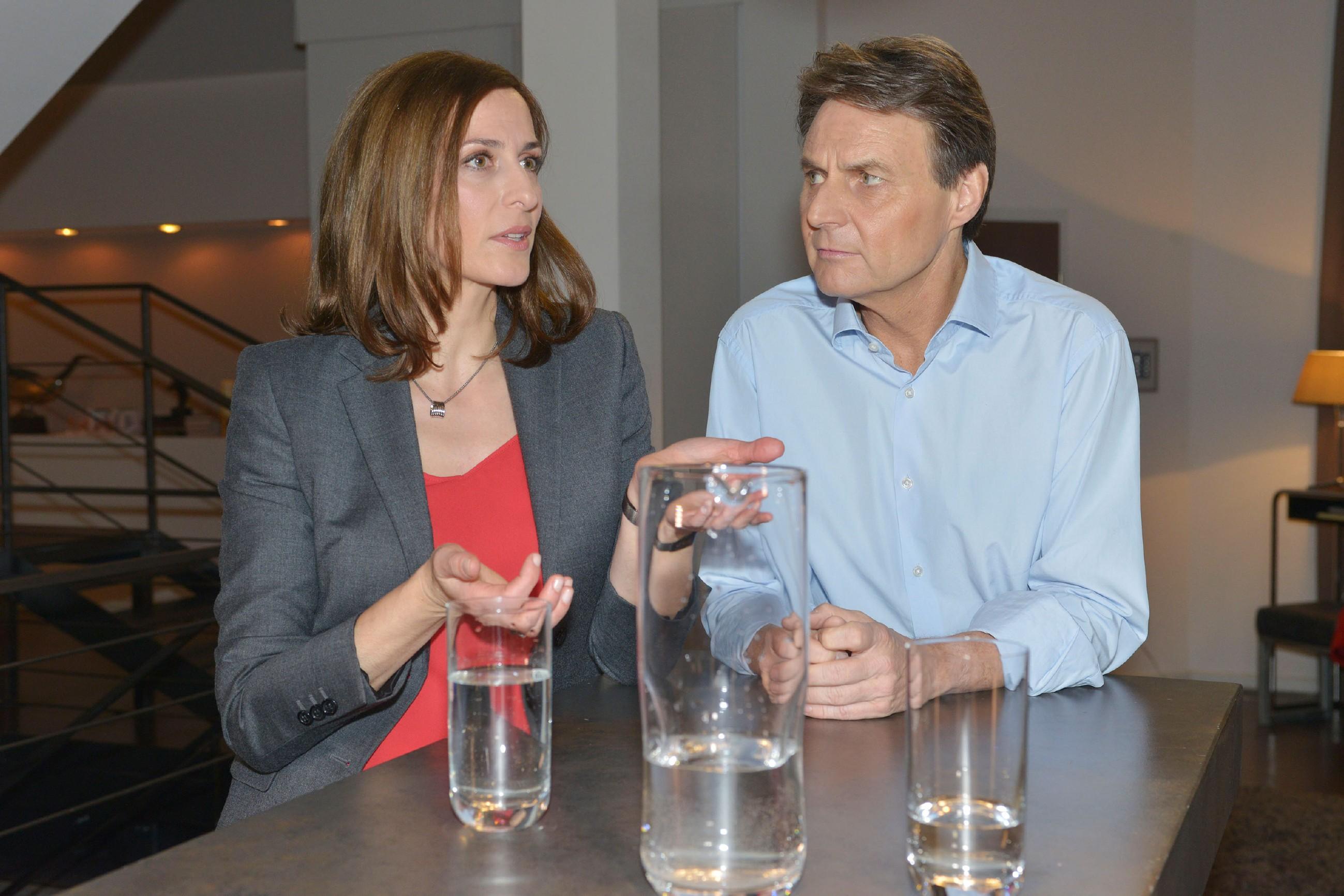 Katrin (Ulrike Frank) und Gerner (Wolfgang Bahro) überlegen, wie sie Marens Ängste unter Kontrolle bekommen. (Quelle: RTL / Rolf Baumgartner)