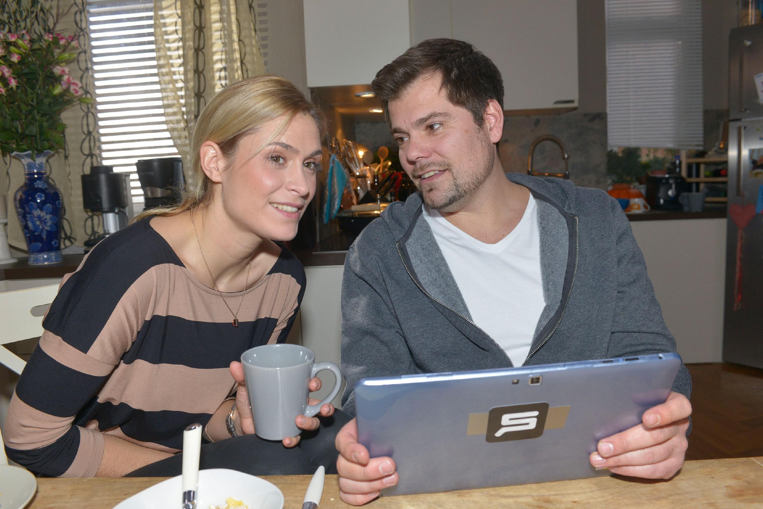 Sophie (Lea Marlen Woitack) und Leon (Daniel Fehlow) planen, Vince' Zimmer für Oscar umzubauen. (Quelle: RTL / Rolf Baumgartner)