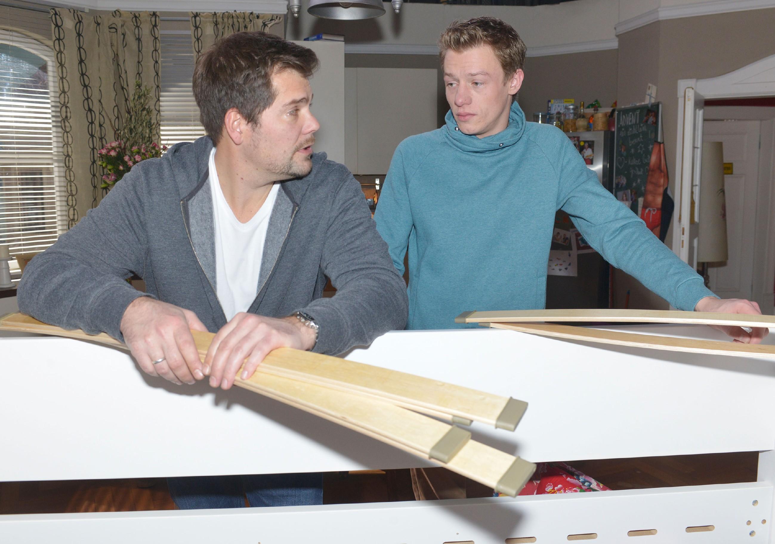 Vince (Vincent Krüger, r.) reagiert verhalten, als er erfährt, dass Leon (Daniel Fehlow) sein Zimmer für Oscar umbauen will.
