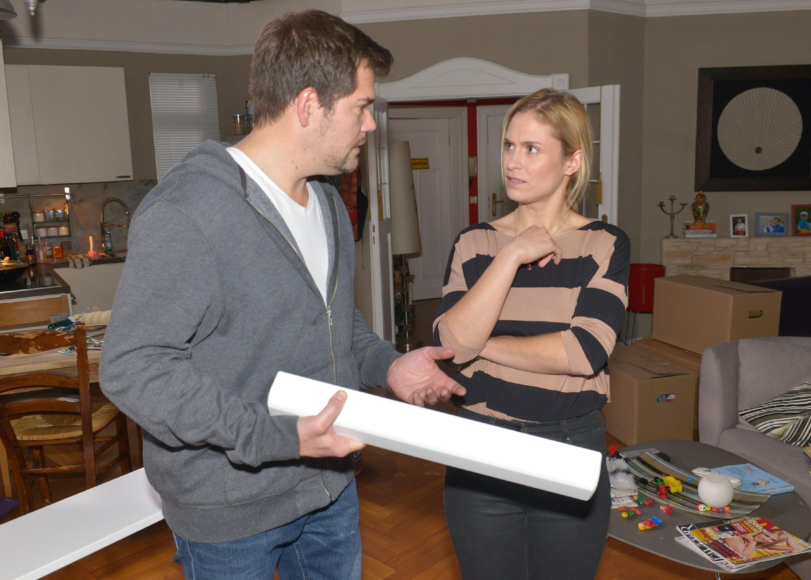 Als Sophie (Lea Marlen Woitack) auf die Idee kommt, Oskar Vince´ altes Zimmer zu geben, lässt sich Leon (Daniel Fehlow) nur widerwillig darauf ein, da ihm der Gedanke, endgültig Tatsachen wegen Vince` Auszug zu schaffen, schwerfällt. (Quelle: RTL / Rolf Baumgartner)