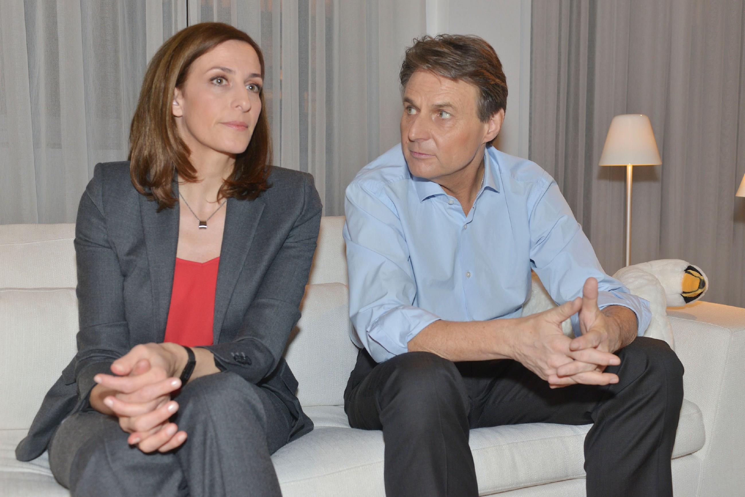 Katrin (Ulrike Frank) und Gerner (Wolfgang Bahro) überlegen, wie sie Marens Ängste unter Kontrolle bekommen. Sie ahnen nicht, dass diese beschlossen hat, sich der Polizei zu stellen... (Quelle: RTL / Rolf Baumgartner)