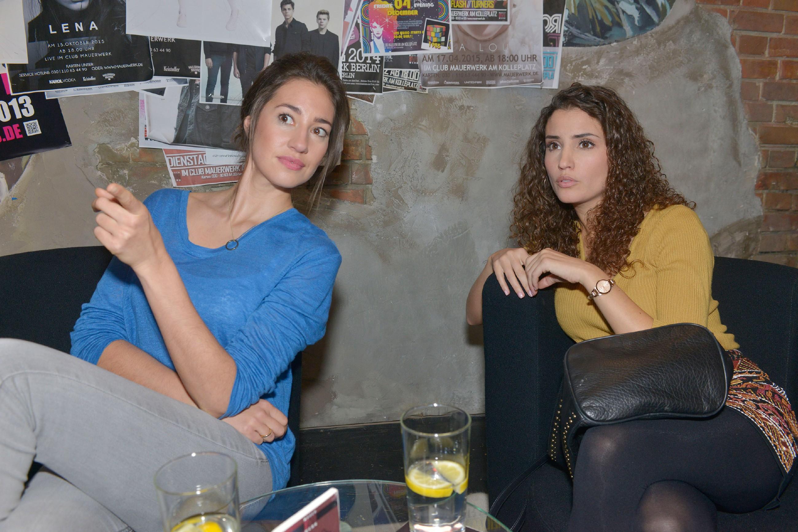 Elena (Elena Garcia Gerlach, l.) und Ayla (Nadine Menz) müssen feststellen, dass es gar nicht so einfach ist, den richtigen Mann für Ayla zu finden. (Quelle: RTL / Rolf Baumgartner)