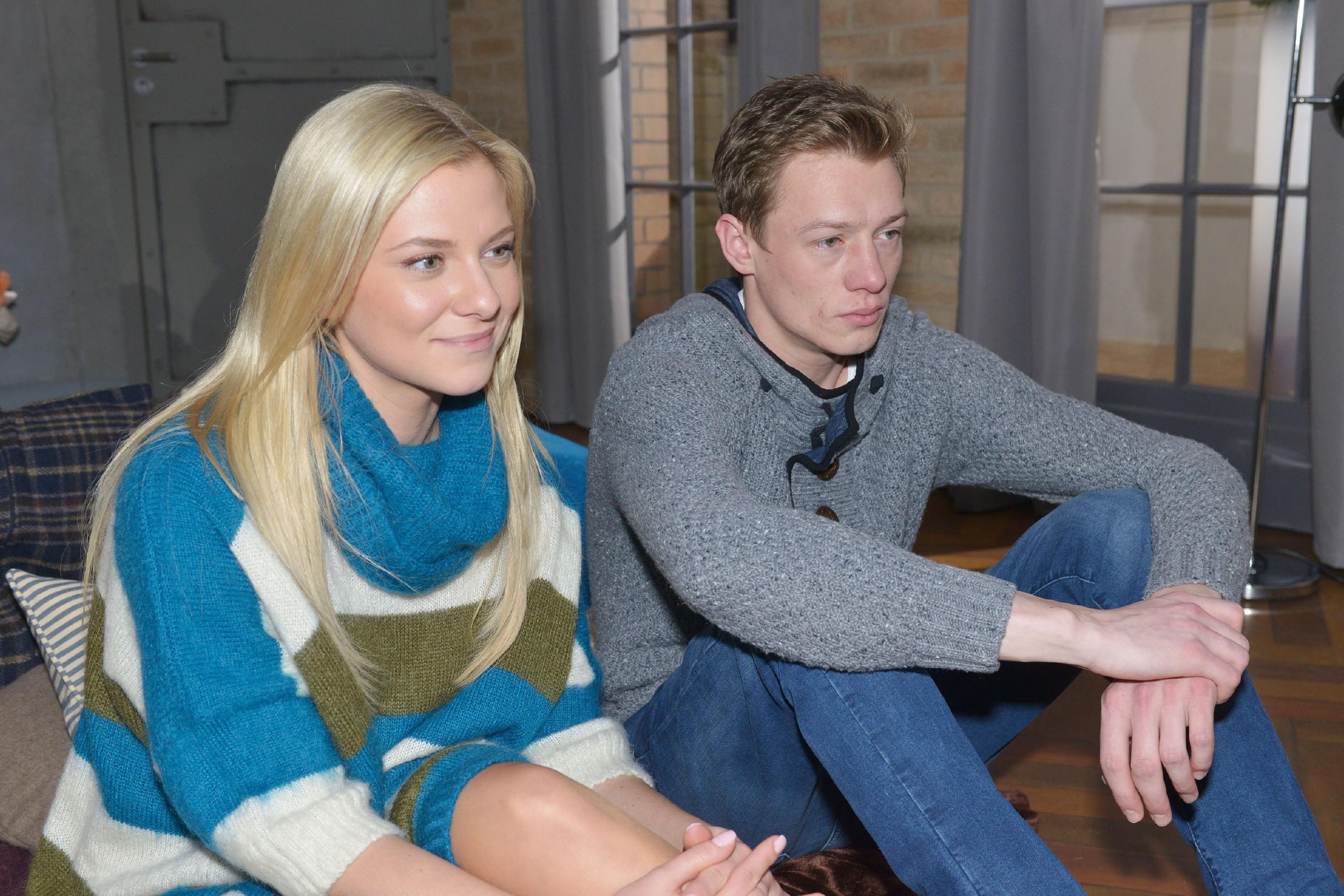 Vince (Vincent Krüger) und Sunny (Valentina Pahde) sind gespannt auf den Fernsehbeitrag.