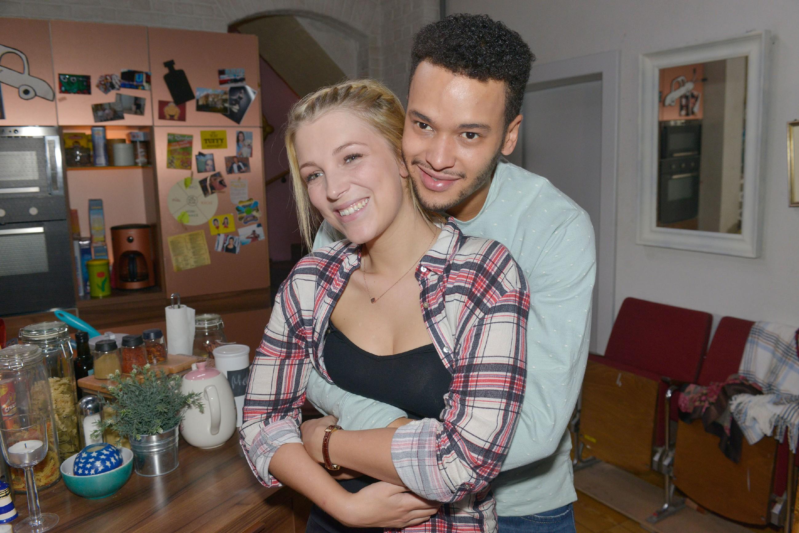 Lilly (Iris Mareike Steen) und Amar (Thando Walbaum) genießen die unbeschwerte Zeit und sind einfach nur glücklich miteinander. (Quelle: RTL / Rolf Baumgartner)
