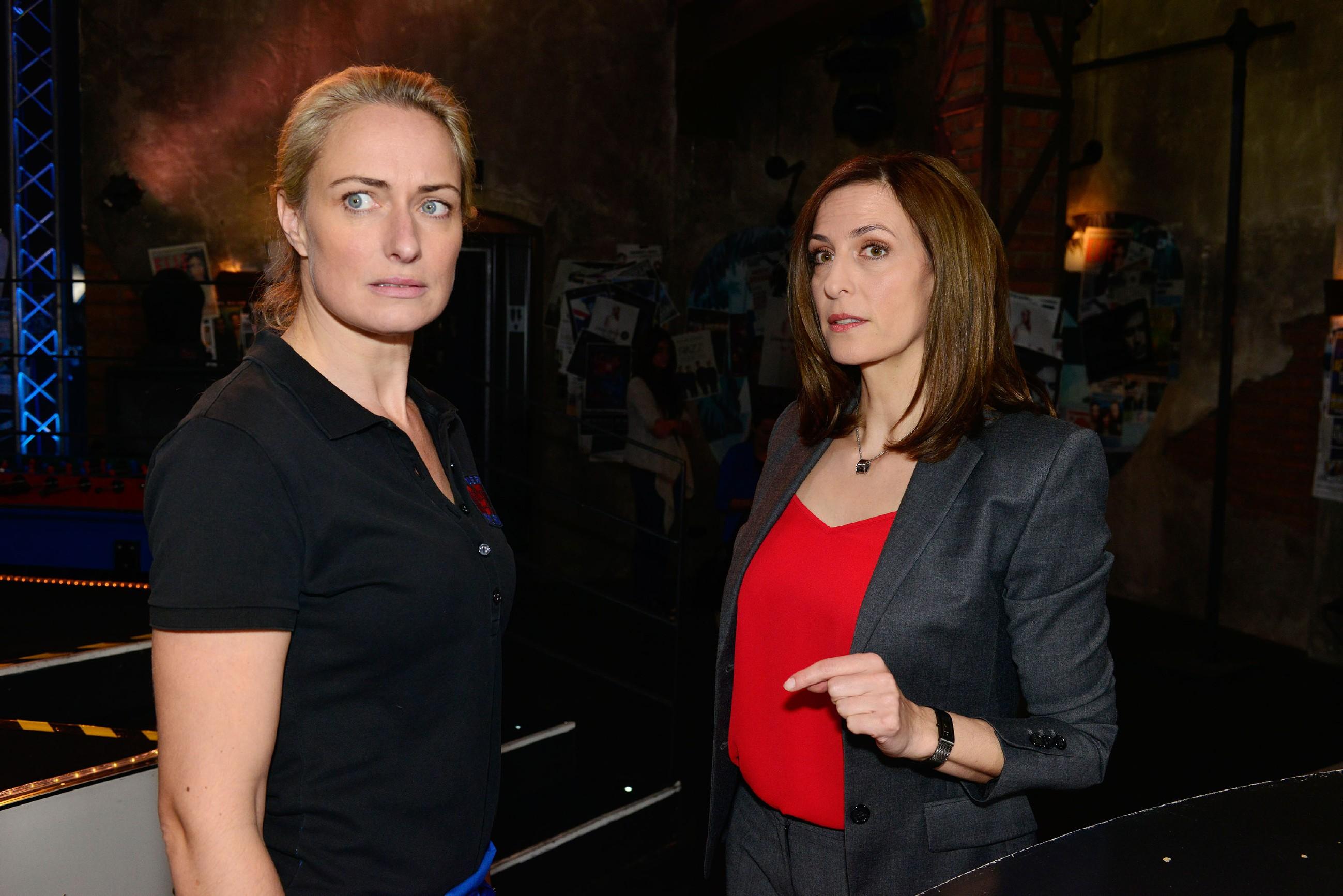 Katrin (Ulrike Frank, r.) versichert Frederics Schwester Jana (Julia Bähre), dass sie nichts über das Verschwinden von Frederic weiß. (Quelle: RTL / Rolf Baumgartner)