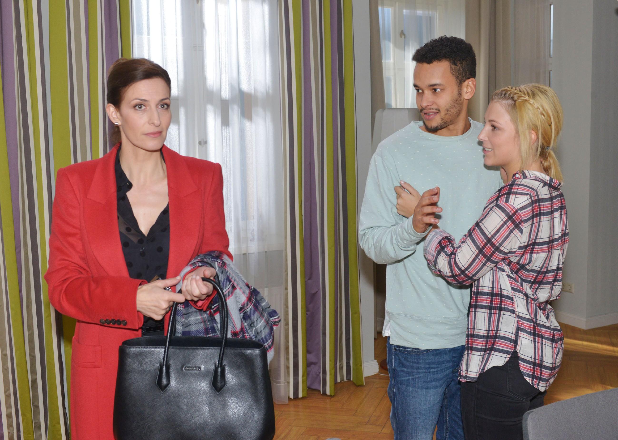 Katrin (Ulrike Frank, l.), erfährt von Lilly (Iris Mareike Steen) und Amar (Thando Walbaum), dass Frederics Schwester nach ihr sucht. (Quelle: RTL / Rolf Baumgartner)