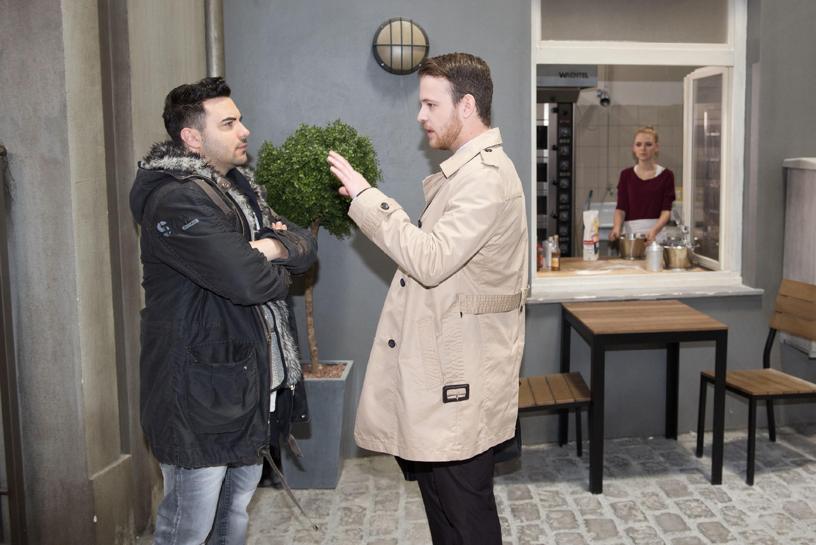 Fiona (Olivia Burkhart) bekommt bei einem Gespräch zwischen Easy (Lars Steinhöfel, l.) und Tobias (Patrick Müller) mit, dass Tobias sie als Mitbewohnerin ablehnt. (Quelle: RTL / Stefan Behrens)