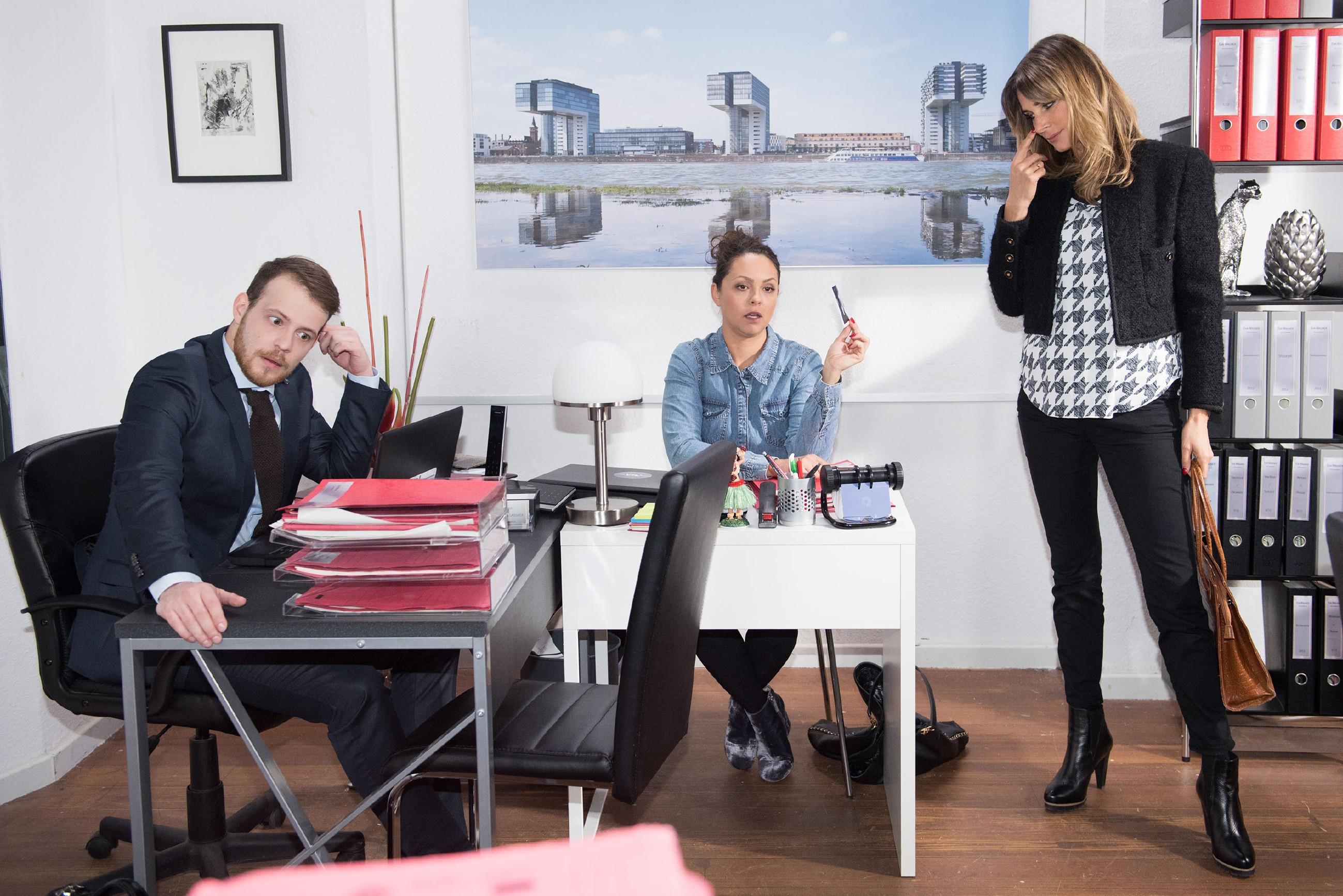 Eva (Claudelle Deckert, r.) bringt Caro (Ines Kurenbach) gegen sich auf, als sie glaubt, Tobias (Patrick Müller) sei der Vater von ihrem Kind. (Quelle: RTL / Stefan Behrens)