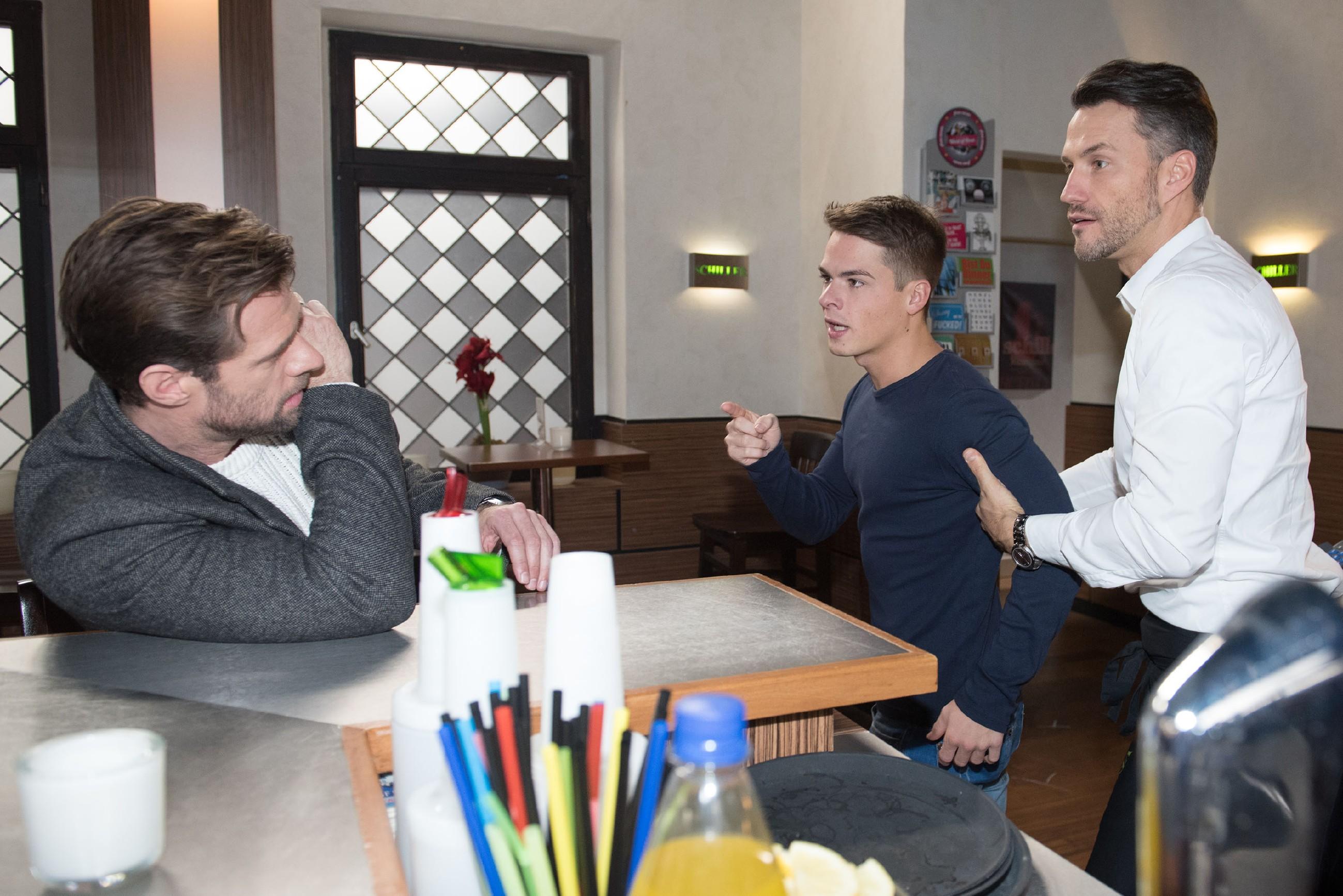 Malte (Stefan Bockelmann, r.) geht dazwischen, als Moritz (Marvin Linke, M.) Henning (Benjamin Kiss, l.) handgreiflich klarmacht, wie sehr er ihn verachtet. (Quelle: RTL / Stefan Behrens)