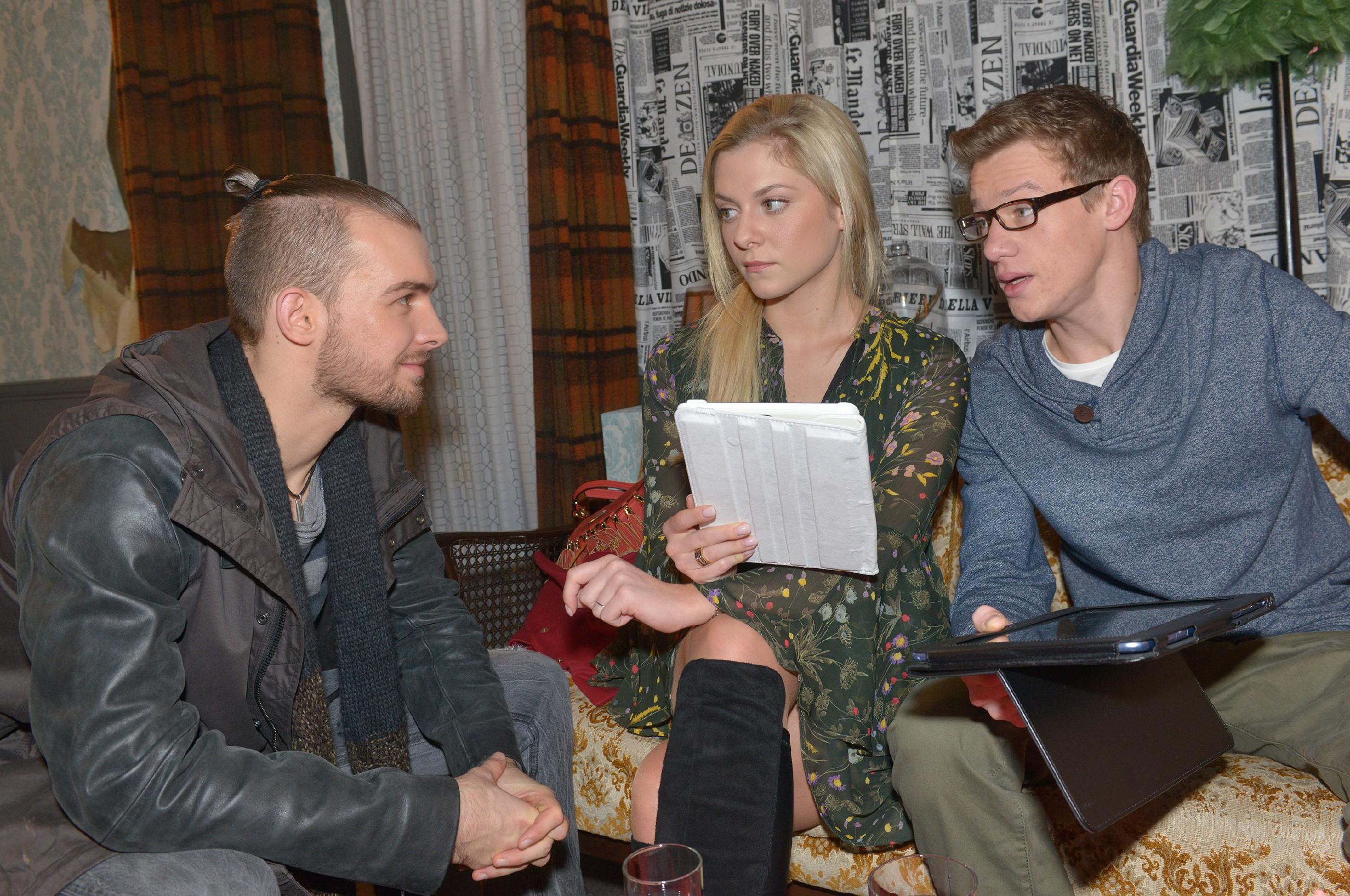 Chris (Eric Stehfest, l.) und Sunny (Valentina Pahde) wollen Vince (Vincent Krüger) entlasten, damit er sich ganz auf die bevorstehende theoretische Führerscheinprüfung konzentrieren kann. (Quelle: RTL / Rolf Baumgartner)