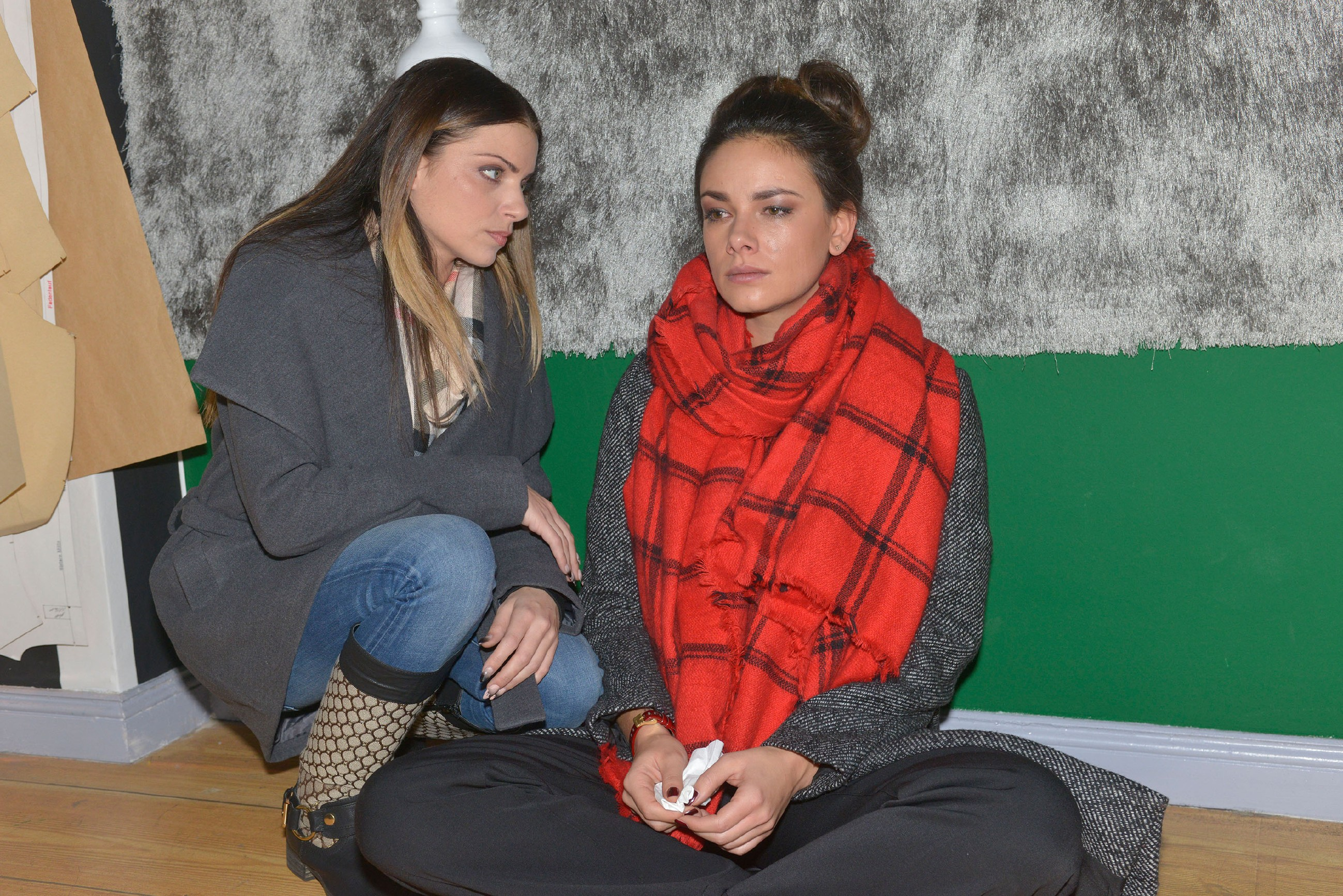 Als Jasmin (Janina Uhse, r.) angesichts der Information, dass Frederic sich das Leben genommen haben soll, zusammenbricht, wird sie von Emily (Anne Menden) aufgefangen. (Quelle: RTL / Rolf Baumgartner)
