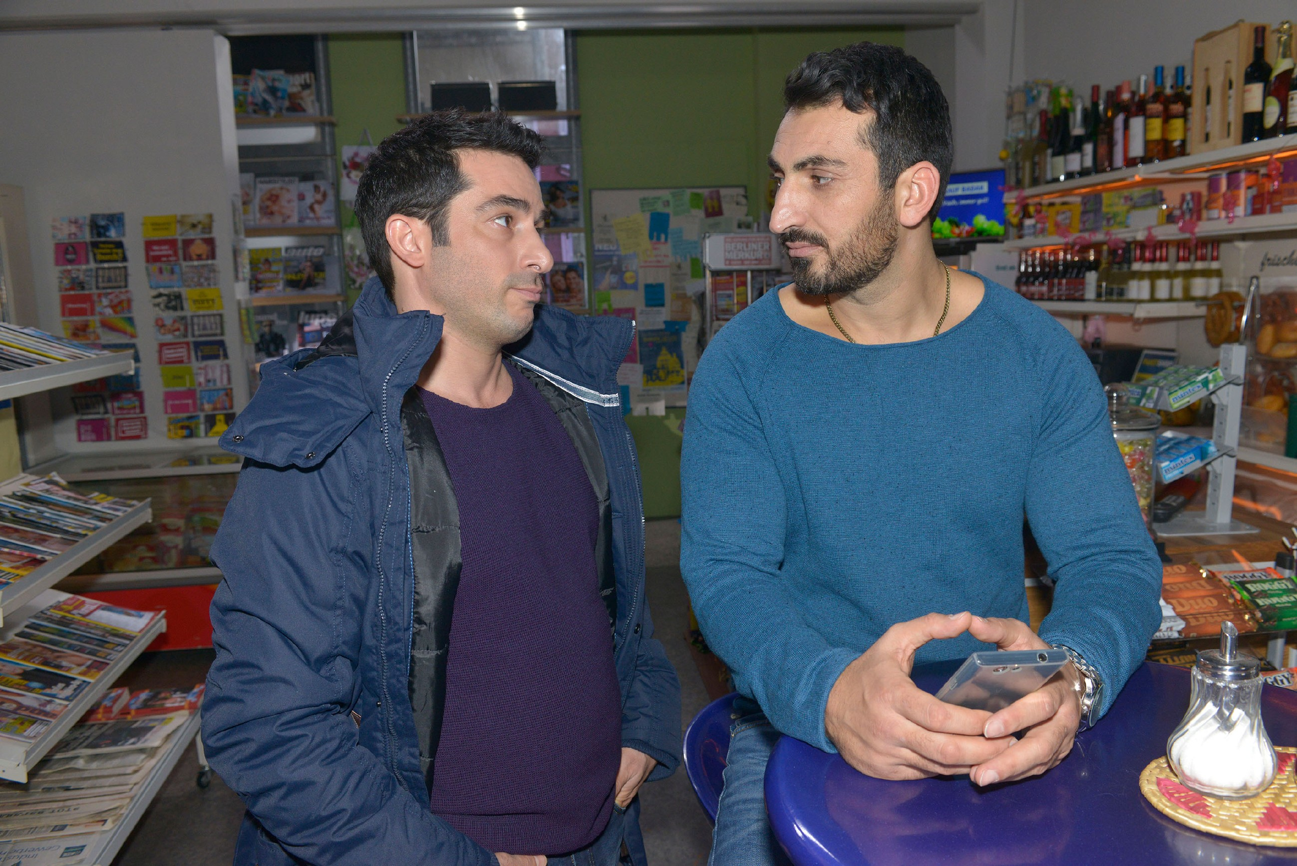 Tayfun (Tayfun Baydar, l.) warnt Mesut (Mustafa Alin), dass sein Onlinedating mit Ayla ein böses Ende nehmen wird. (Quelle: RTL / Rolf Baumgartner)